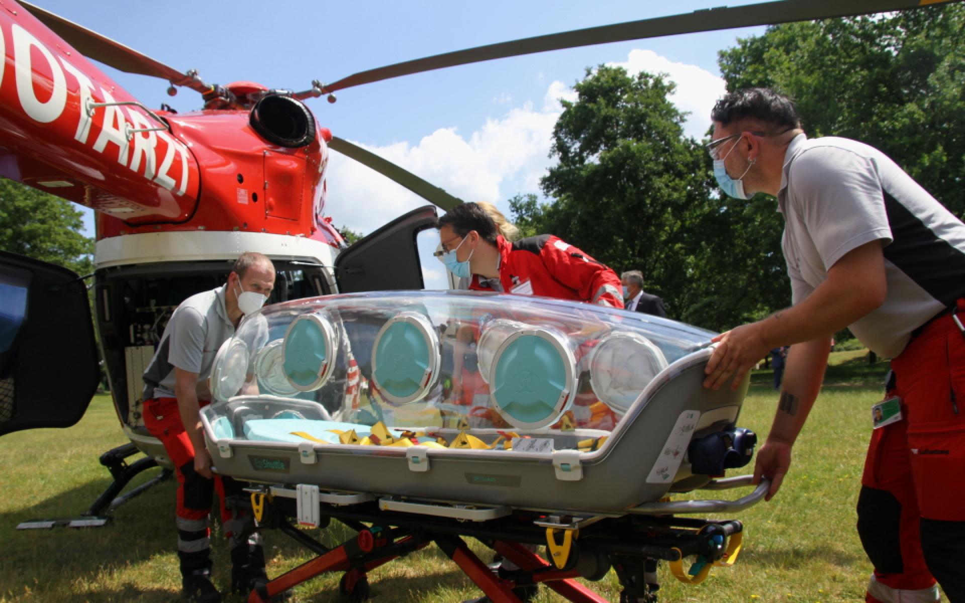 Die Crew von Christoph Niedersachsen demonstriert das Einladen des EpiShuttle am Hubschrauber.