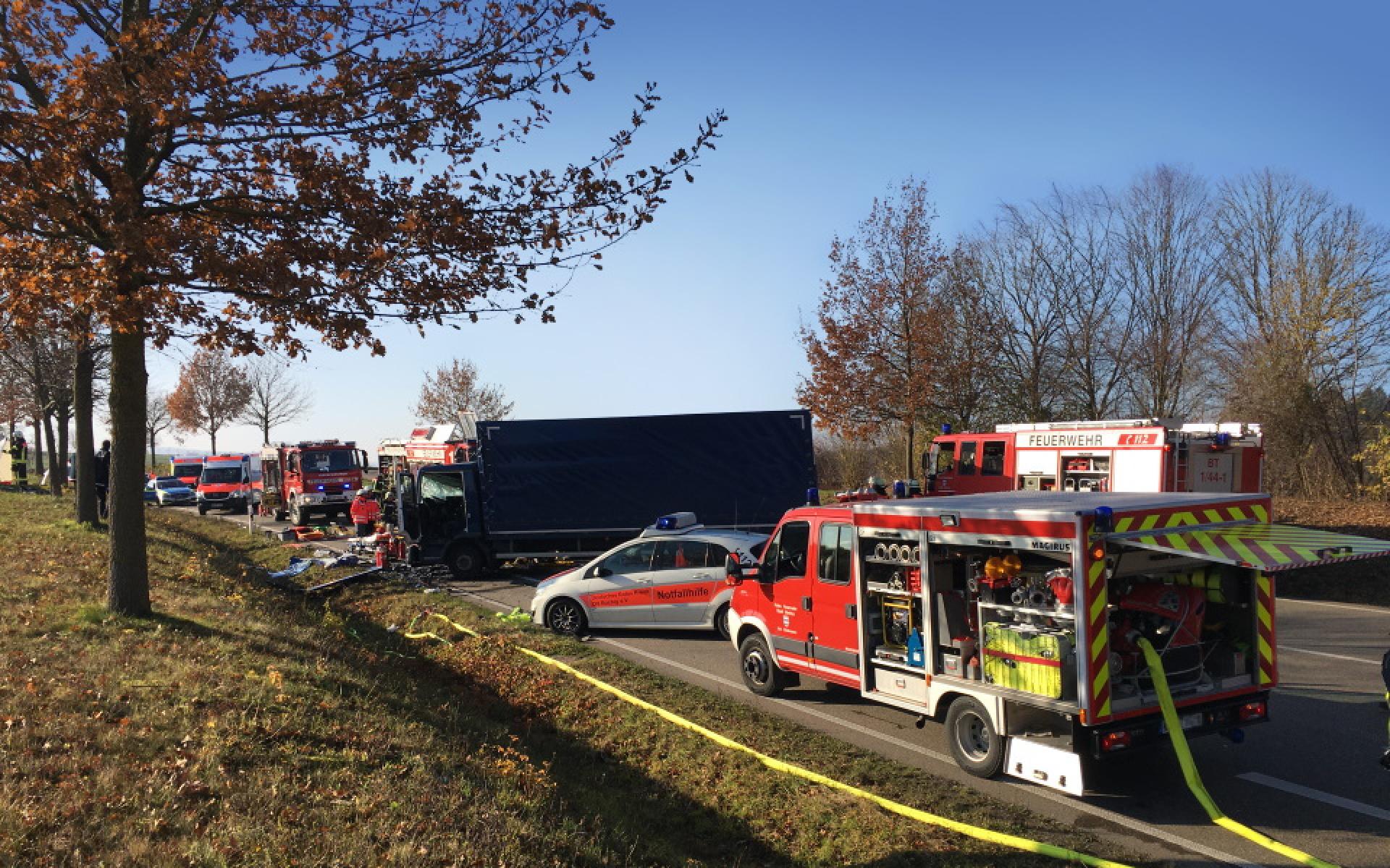 Bei einem Verkehrsunfall gibt es mehrere Schwerverletzte, die schnelle medizinische Hilfe benötigen.