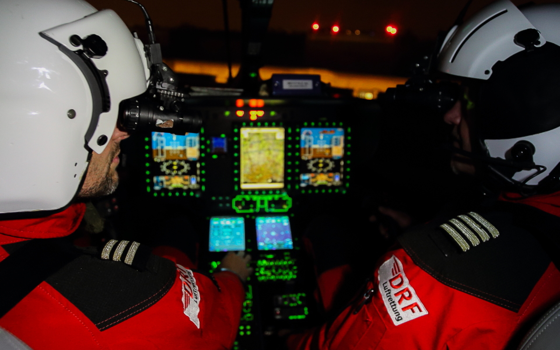 Blick ins Cockpit während eines Einsatzes bei Nacht. Symbolbild