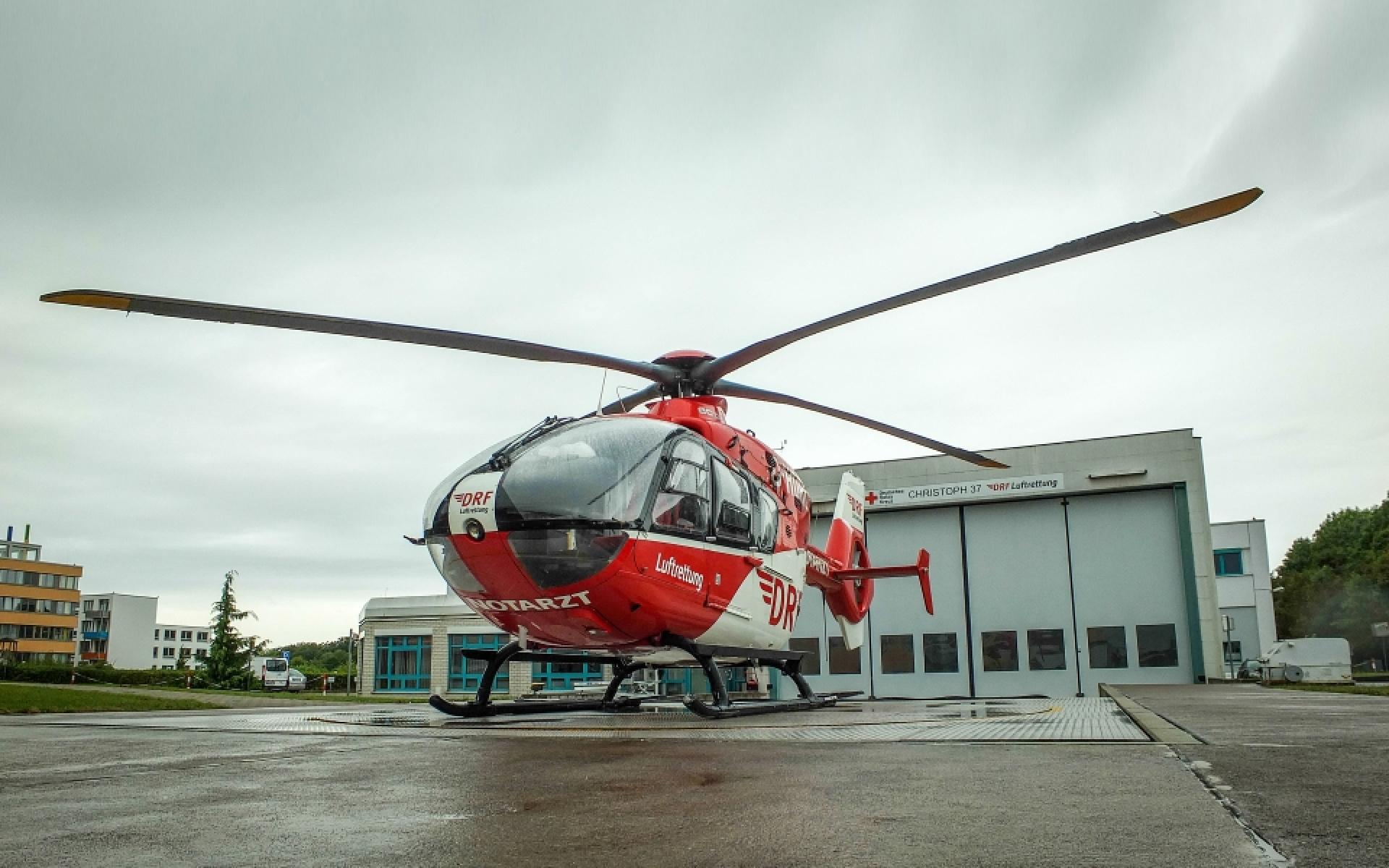 Der Hubschrauber Christoph 37 der DRF Luftrettung steht vor seiner Station