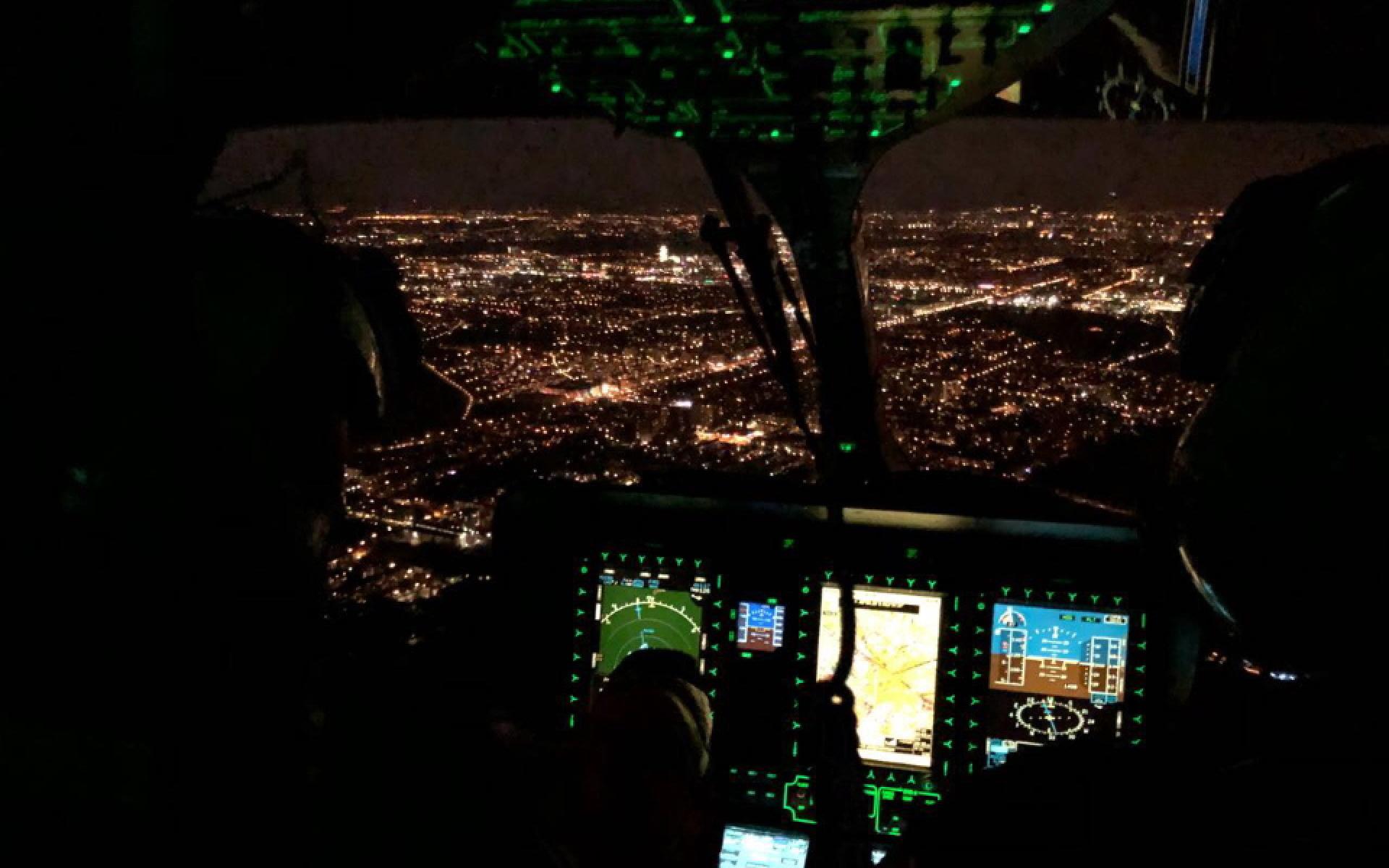 Blick ins Cockpit während eines Intensivtransports bei Nacht.