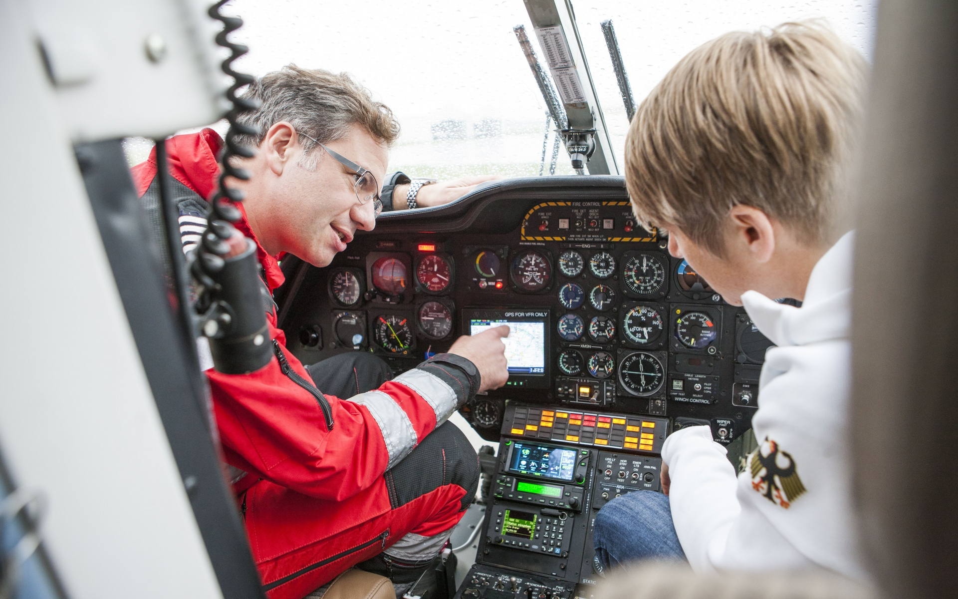 Anschließend erklärt der frühere Bremer Pilot und heutige Stationsleiter in Mannheim seinen Arbeitsbereich: das Cockpit der BK 117.