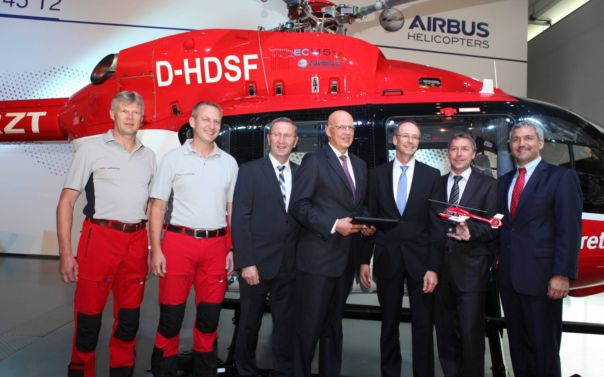Übergabe der EC 145 T2. V.l.n.r.: Johann Haslberger (Pilot DRF Luftrettung), Franz Ahollinger (Pilot DRF Luftrettung), Manfred Merk (Head EC145 Program), Dr. Hans Jörg Eyrich (Vorstand DRF Luftrettung), Dr. Wolfgang Schoder (CEO Airbus Helicopters Deutschland), Steffen Lutz (Vorstand DRF Luftrettung) und Thomas Hein (Vice President Customer Relations and Sales Europe for Airbus Helicopters). © Airbus Helicopters