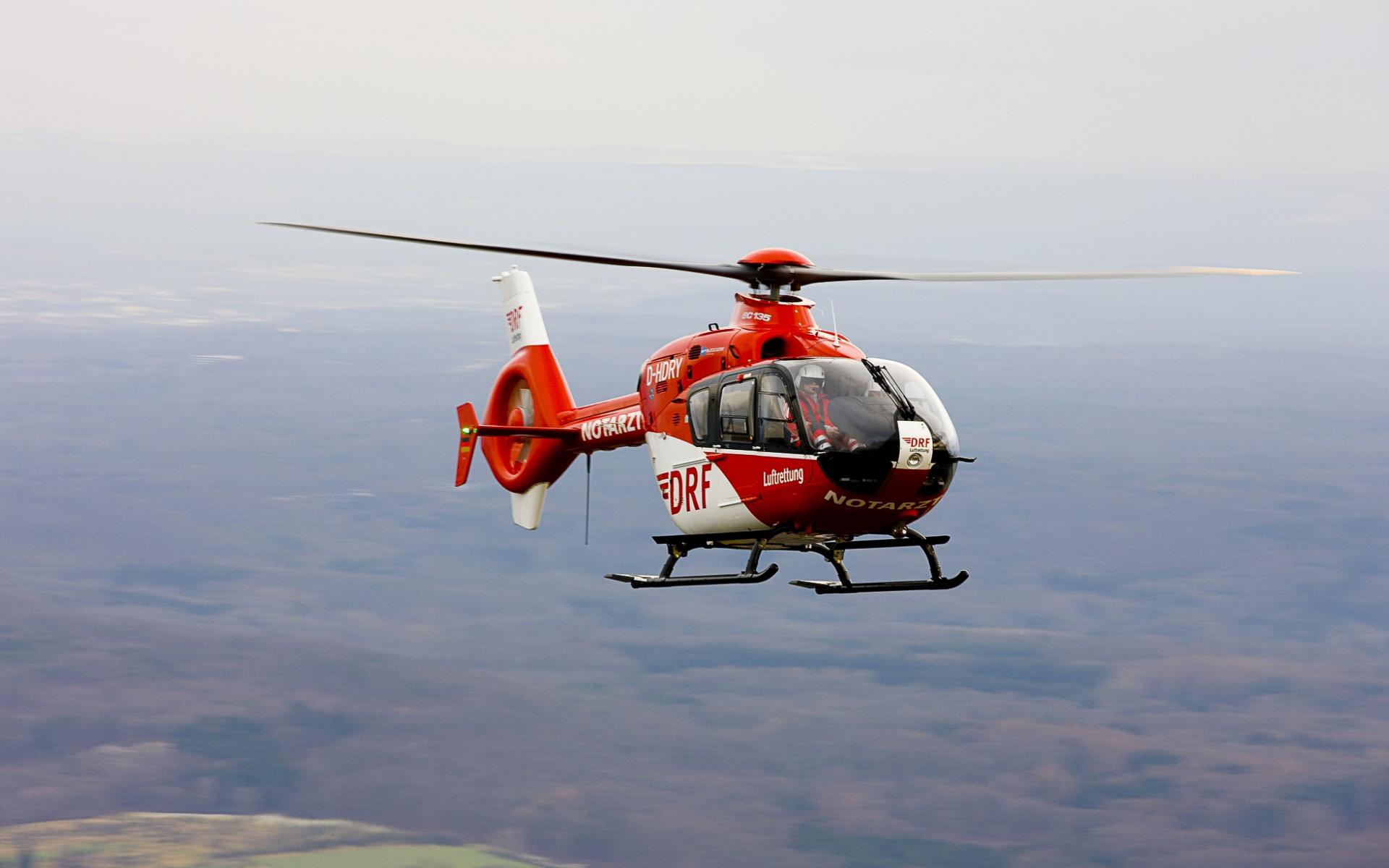Innerhalb weniger Minuten fliegen die Luftretter den kleinen Patienten in eine Spezialklinik. (Symbolbild)