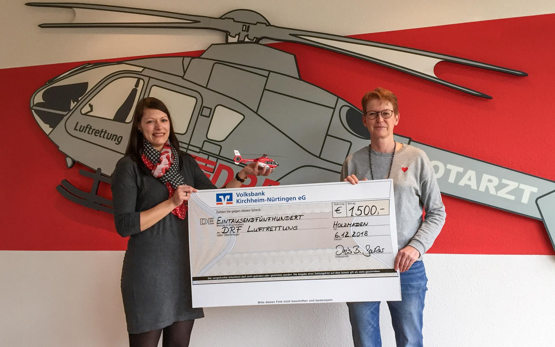 Mit allen beteiligten Spendern freut sich Iris B. Sailer, eine Summe von 1.500 Euro an den Förderverein der DRF Luftrettung, den DRF e.V., in Filderstadt spenden zu können.