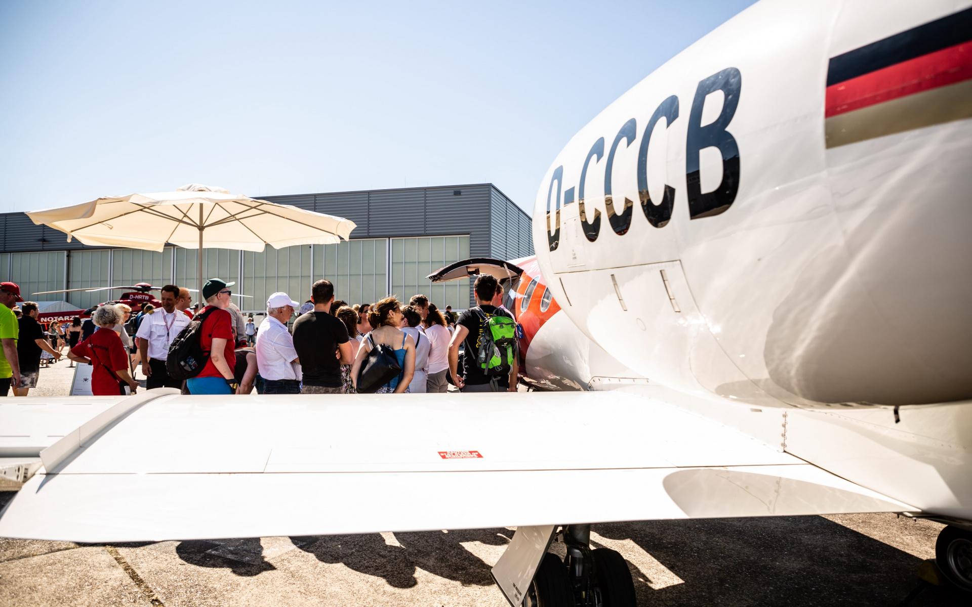 Die Mitarbeiter des Ambulanzflugbetriebs beantworteten die vielen interessierten Fragen der Besucher und berichteten von ihren Einsätzen.