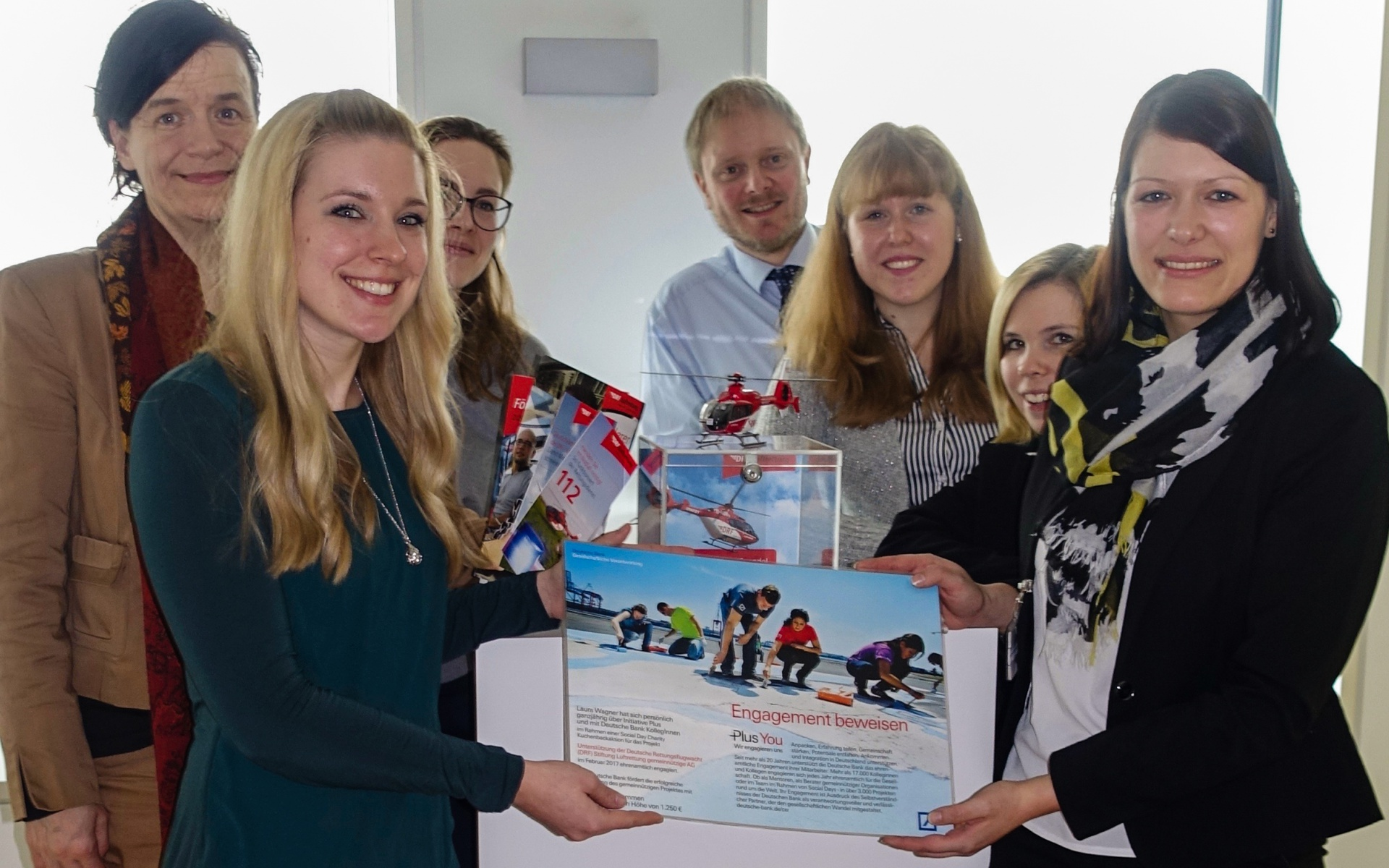 Laura W. (Deutsche Bank, 2. v.l.) übergibt den Spendenscheck an Corinna Roller (Förderverein DRF e.V., ganz rechts)