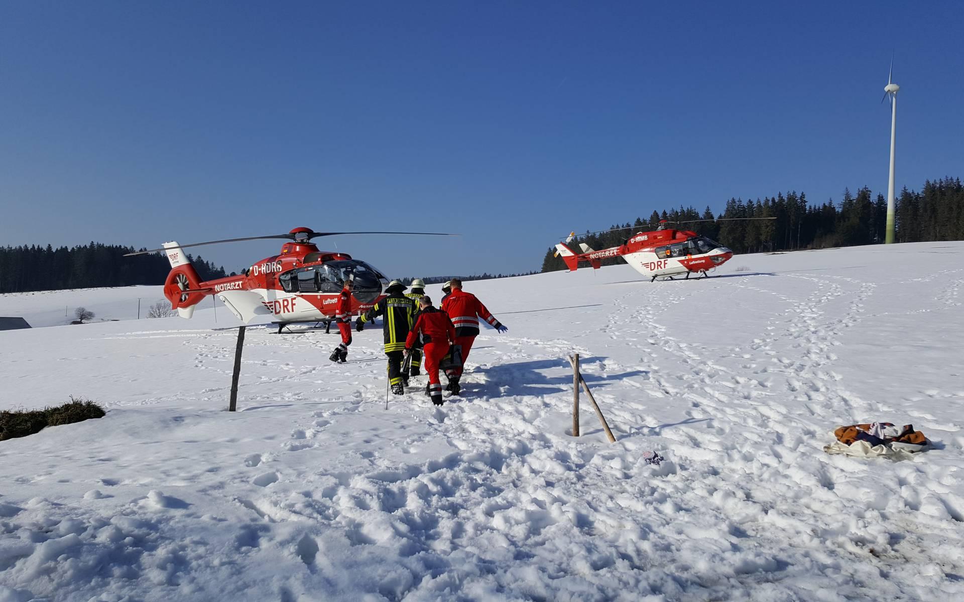 Die Besatzungen der DRF Luftrettung aus Villingen-Schwenningen und Freiburg waren vor Ort, um den Landwirt und dessen Sohn medizinisch zu versorgen und anschließend schnell in ein geeignetes Krankenhaus zu transportieren.
