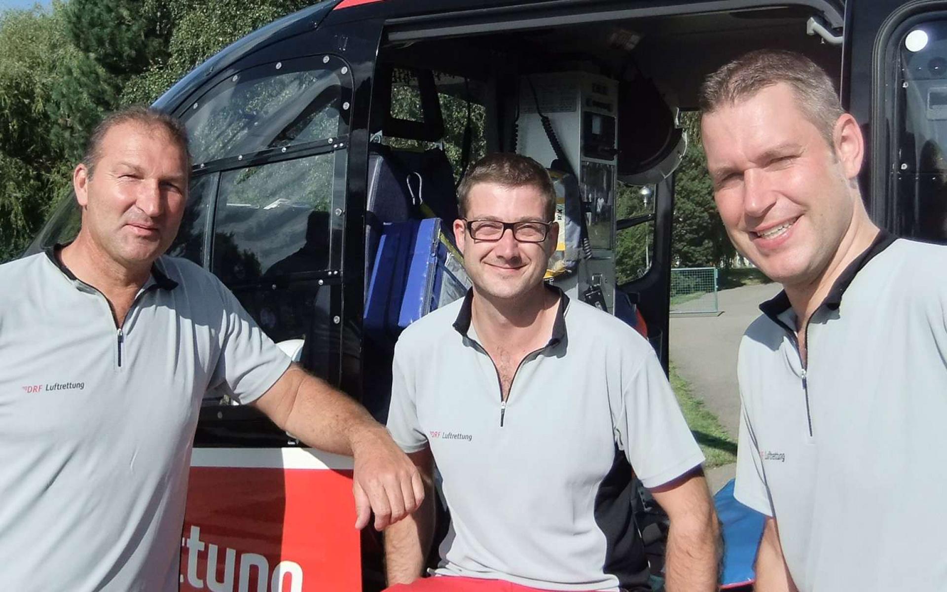 Erfahren und erprobt: Pilot Günter Eigenbrodt (erster von links) ist seit 20 Jahren für Sie im Einsatz.