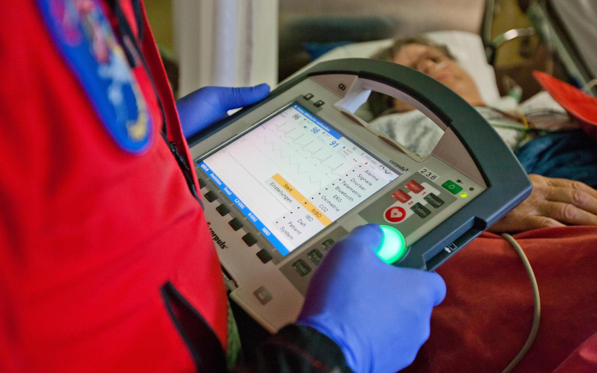 Der Corpuls3 besteht aus drei über Funk verbundenen Modulen: einem Monitor zur Überwachung der Vitalparameter, einer Patientenbox und einem Defibrillator.
