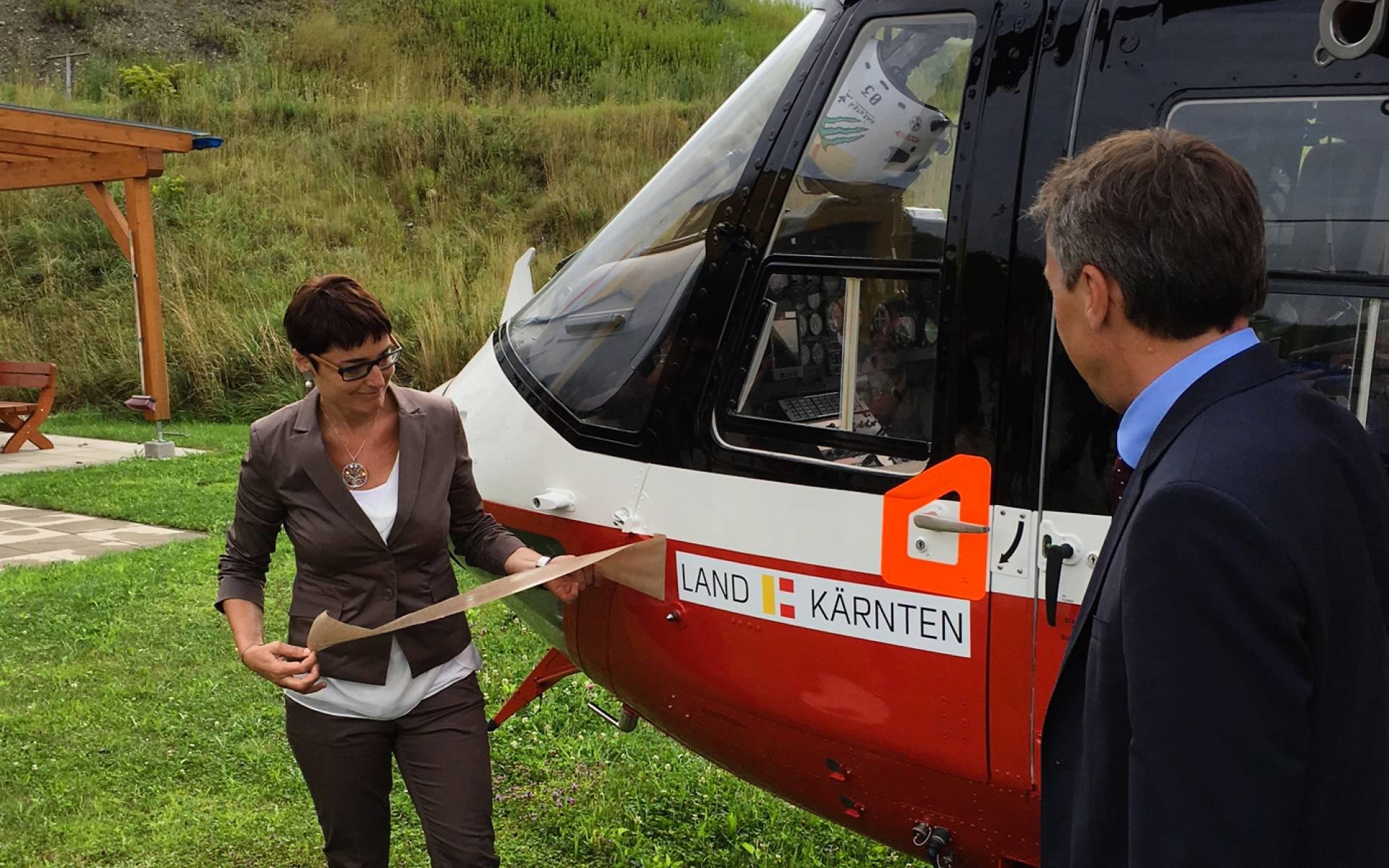 Dr. Beate Prettner enthüllte im Anschluss an die Pressekonferenz das Logo des Landes Kärnten.