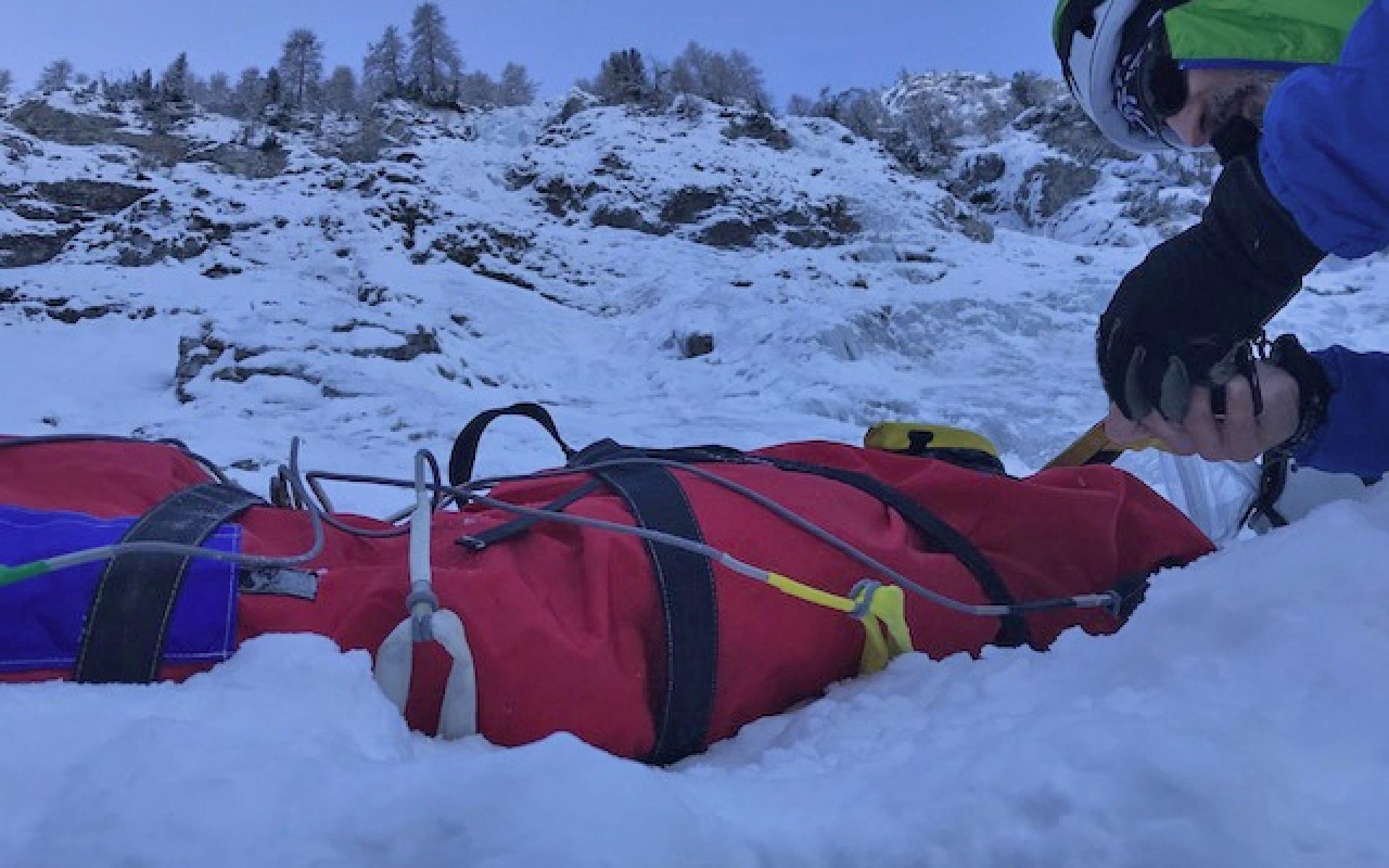 Mit einem Bergesack musste einer der schwerverletzten Eiskletterer vom Fuß des Berghangs gerettet werden.