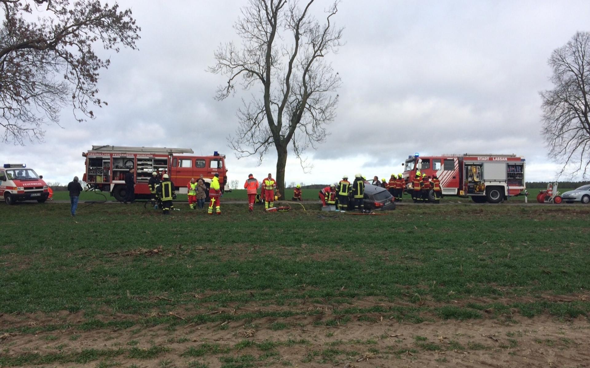 Ein Großaufgebot an Rettungskräften kümmerte sich um die verunglückten Autofahrer.