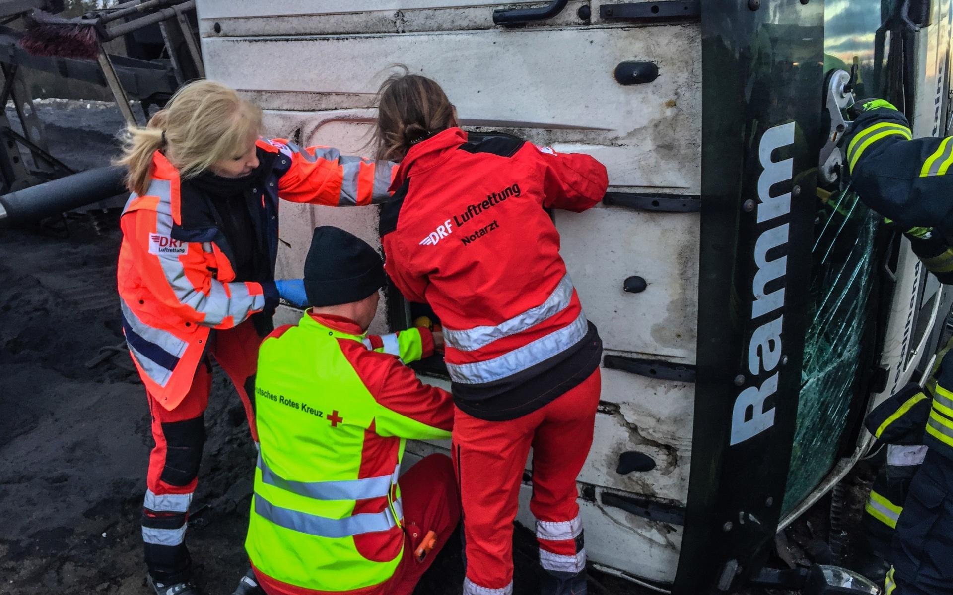 Mit vereinten Kräften kümmern sich die Greifswalder Lufretter, der bodengebundene Rettungsdienst und die Feuerwehr um den Patienten.