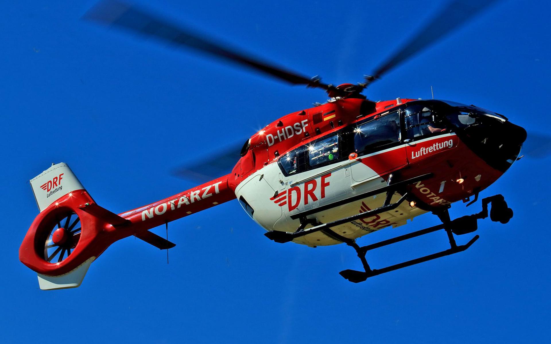 Insgesamt drei Hubschrauber waren im Einsatz, darunter auch Christoph Regensburg der DRF Luftrettung. Symbolbild.