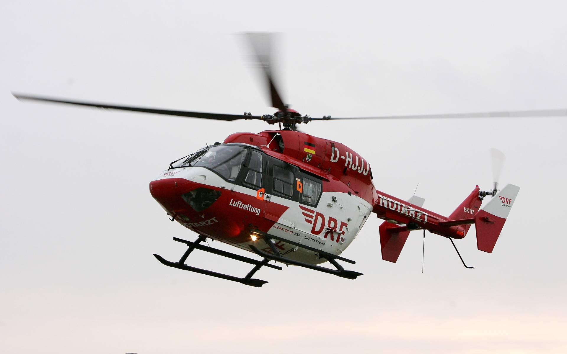 Die zwei rot-weißen Hubschrauber aus Niebüll und Rendsburg bei einem Flugzeugabsturz auf Föhr (Symbolbild).