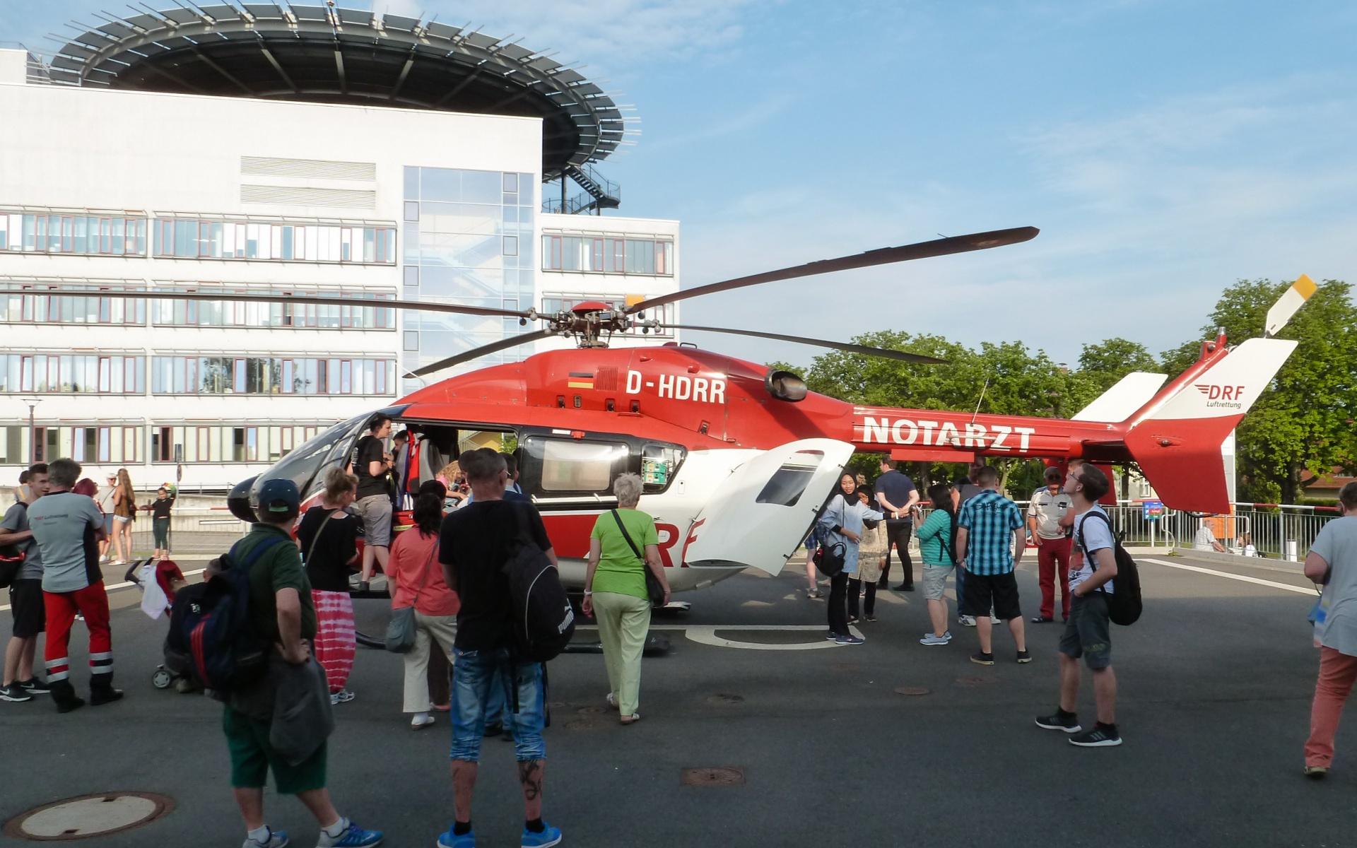 Viele Besucher der Langen Nacht der Wissenschaften informierten sich auch über die Arbeit der Luftretter.