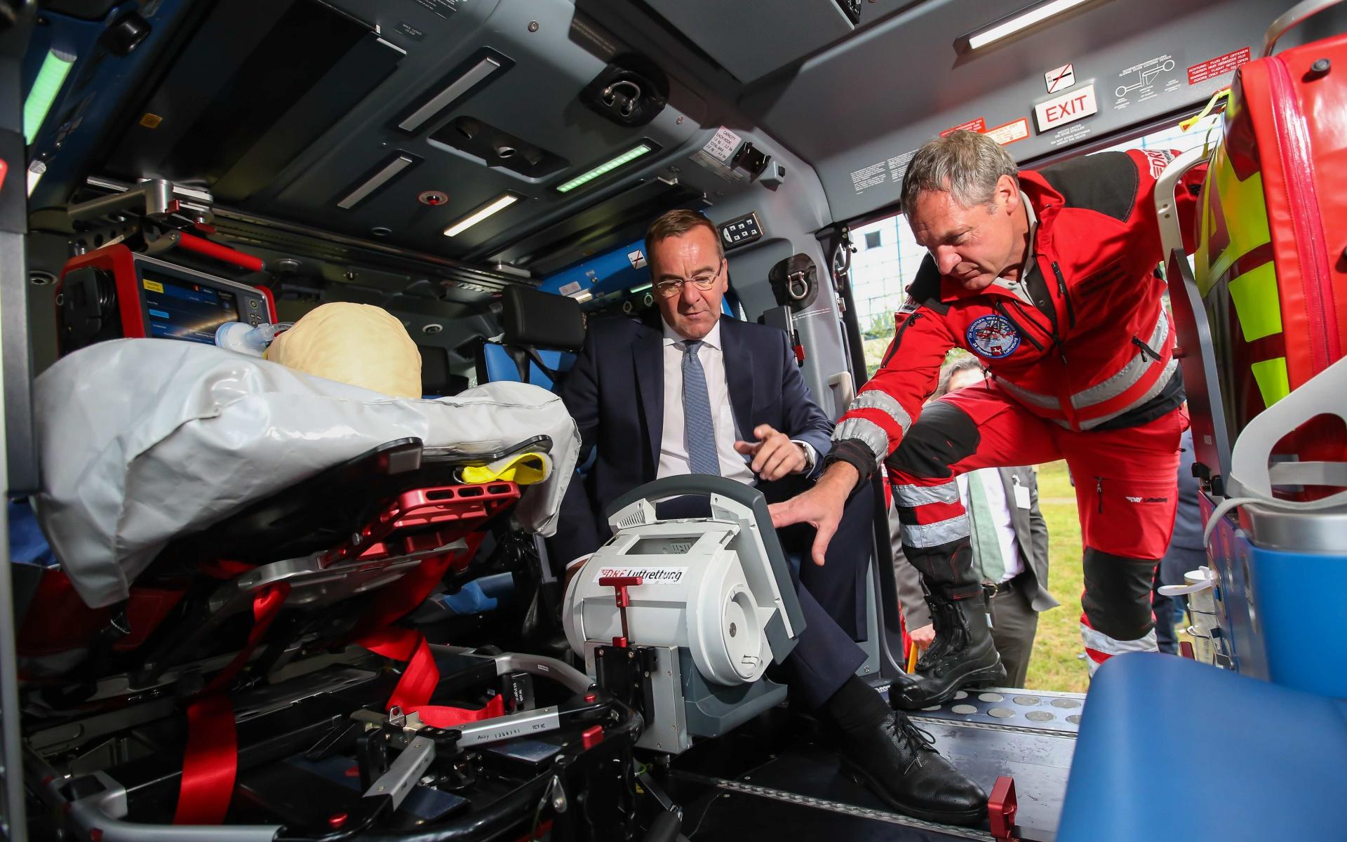 Der Innenmininster wirft einen intensiven Blick auf die medizinische Ausstattung von Christoph Niedersachsen.