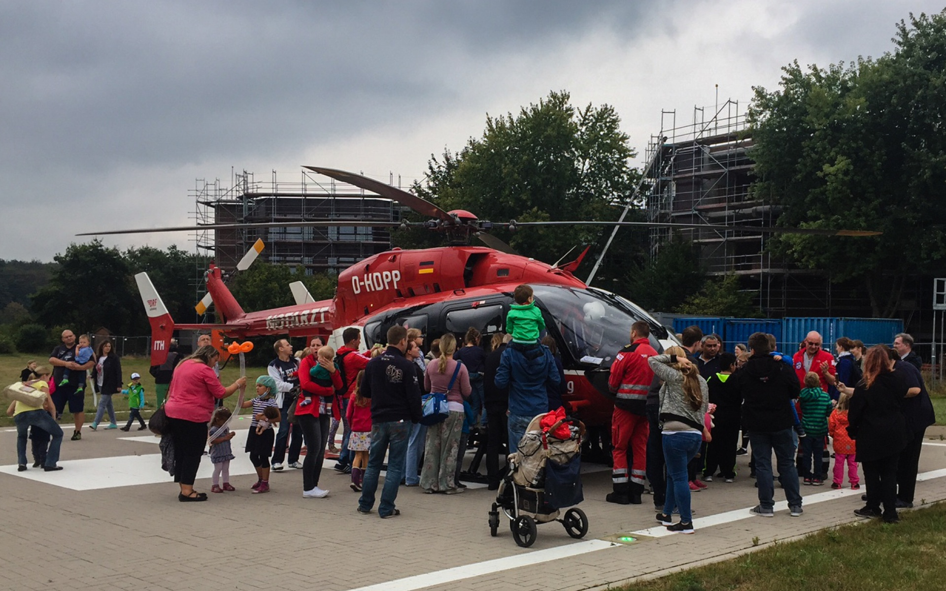 Zahlreiche Gäste des Tages der offenen Tür am Kinderkrankenhaus auf der Bult interessierten sich für den rot-weißen Rettungshubschrauber.