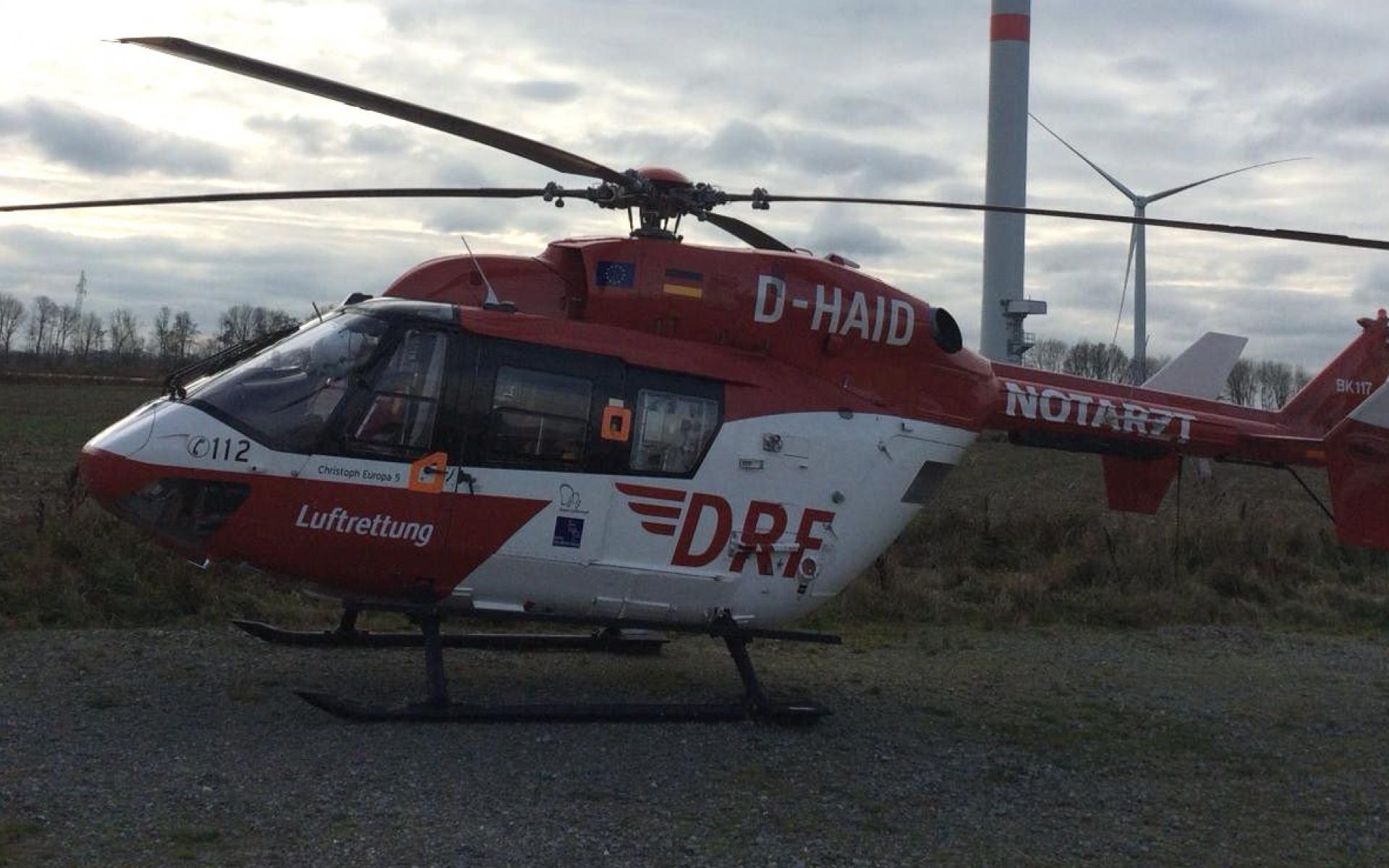 Ungewöhnlicher Einsatz für die Crew von Christoph Europa 5: Ein Mann mit starken Rückenschmerzen musste in einer Windkraftanlage versorgt und dann zum Hubschrauber gebracht werden.