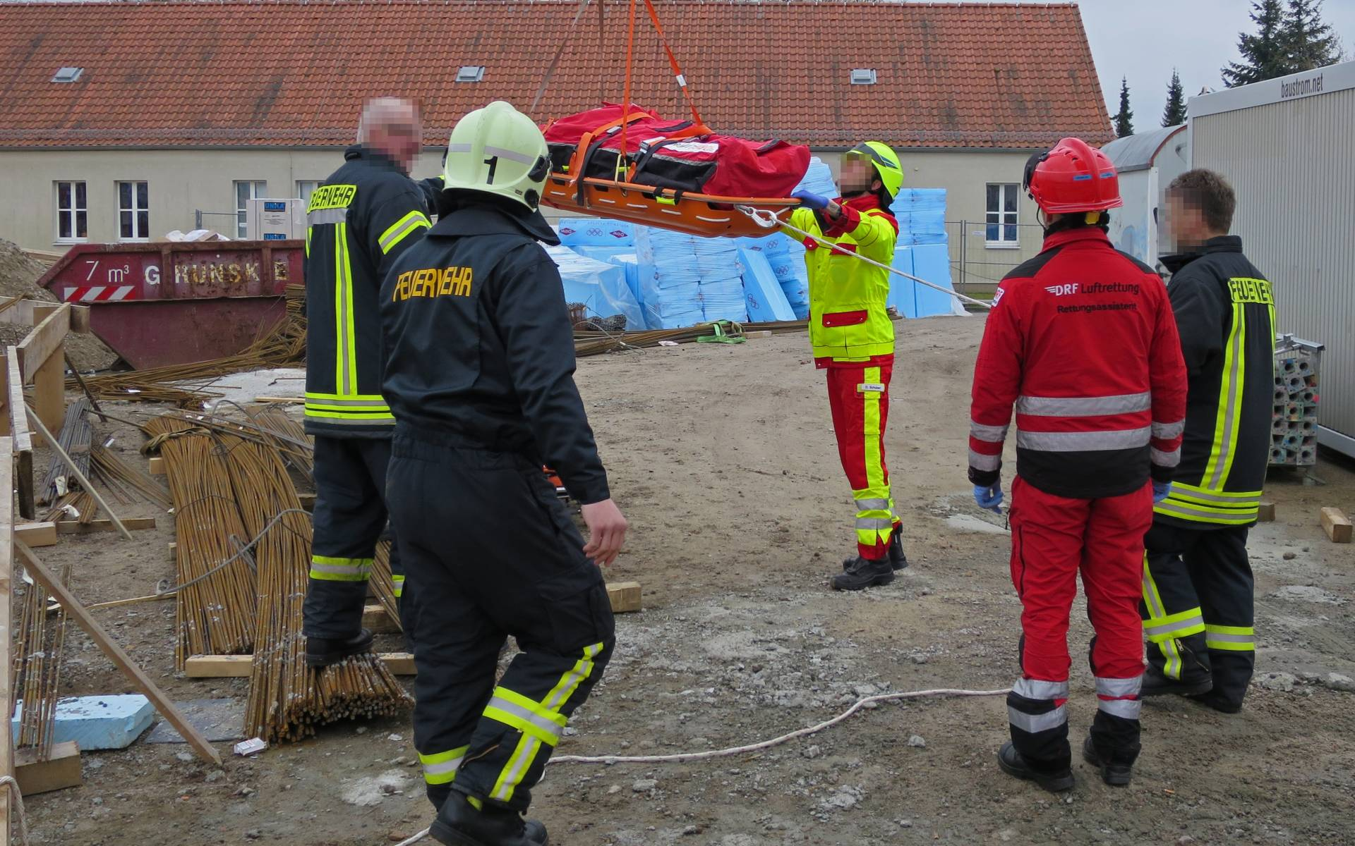 Nach der erfolgreichen Rettung mit Spineboard fliegt die Crew von Christoph 64 den Verletzten im Rettungshubschrauber schnell und schonend ins Krankenhaus.