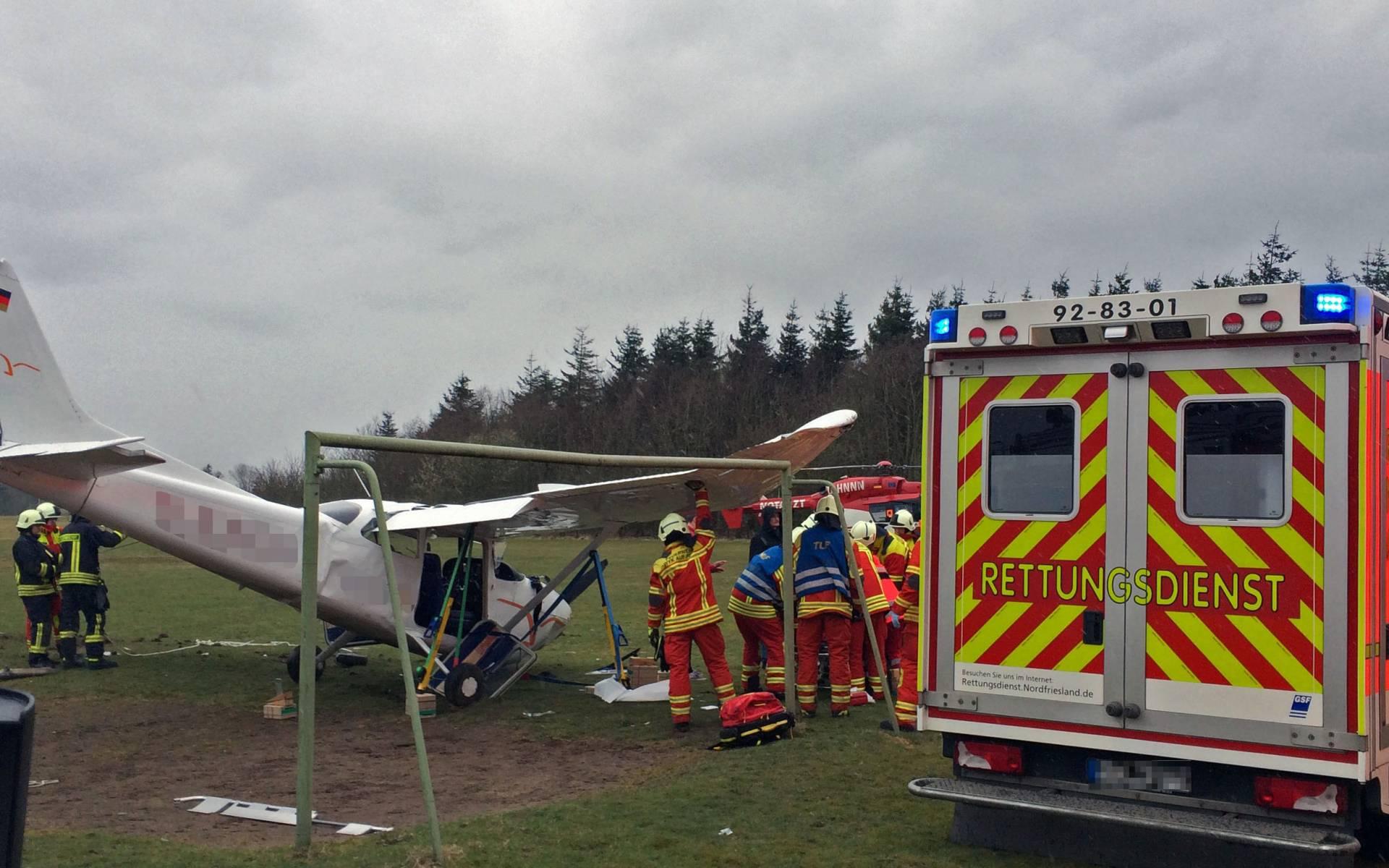 Knapp über dem Boden kippte das Flugzeug plötzlich nach links und stürzte ab. Vor den Augen der Niebüller Luftetter.