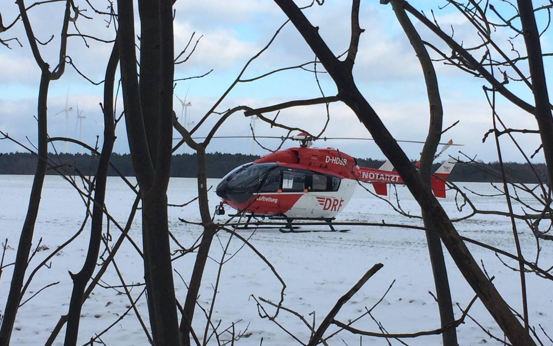 Der Hubschrauber der DRF Luftrettung aus der Hauptstadt landete auf einem Feld direkt neben der Unfallstelle.