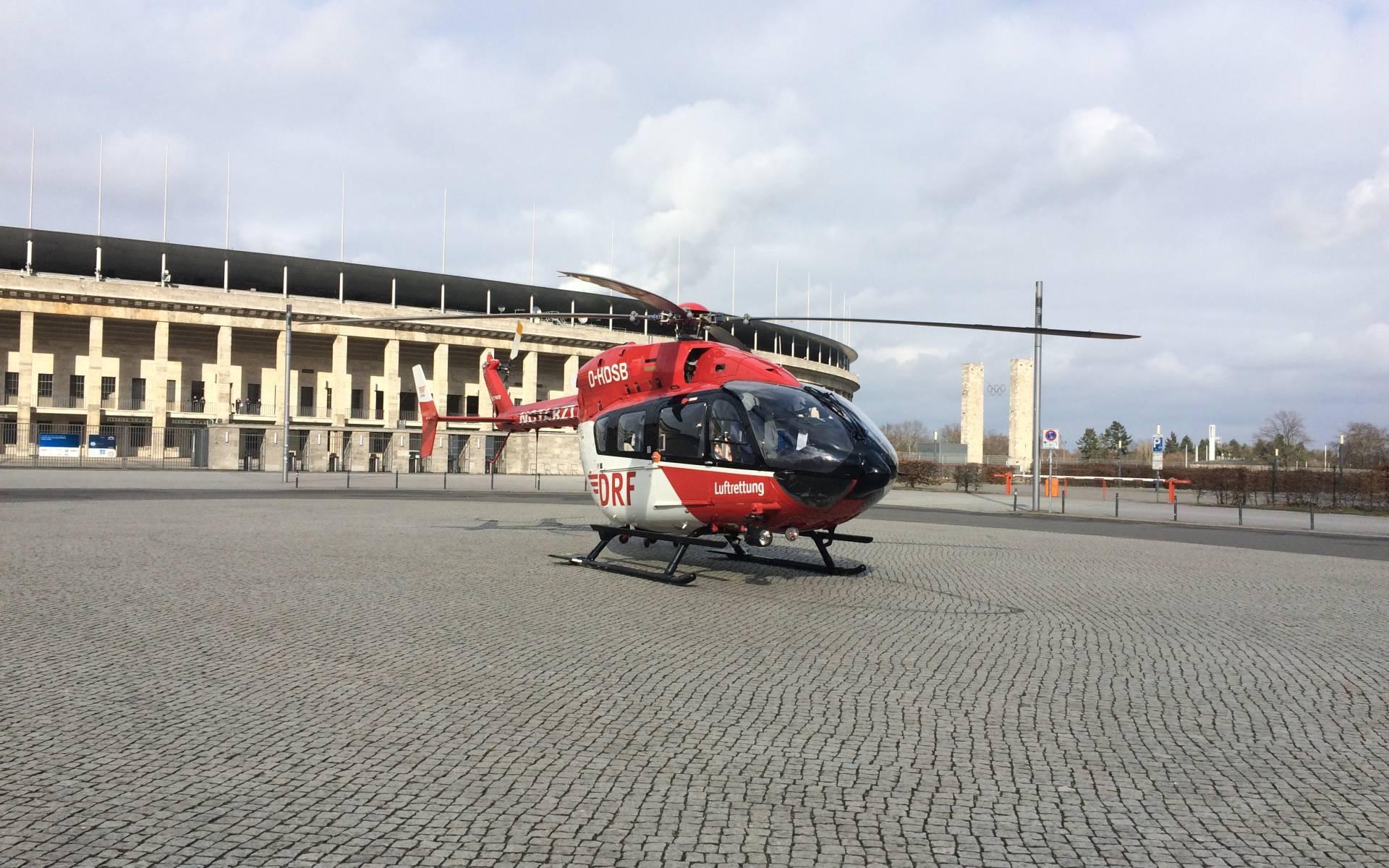 Landung vor dem Olympiastadion: der Berliner Hubschrauber der DRF Luftrettung im Einsatz.