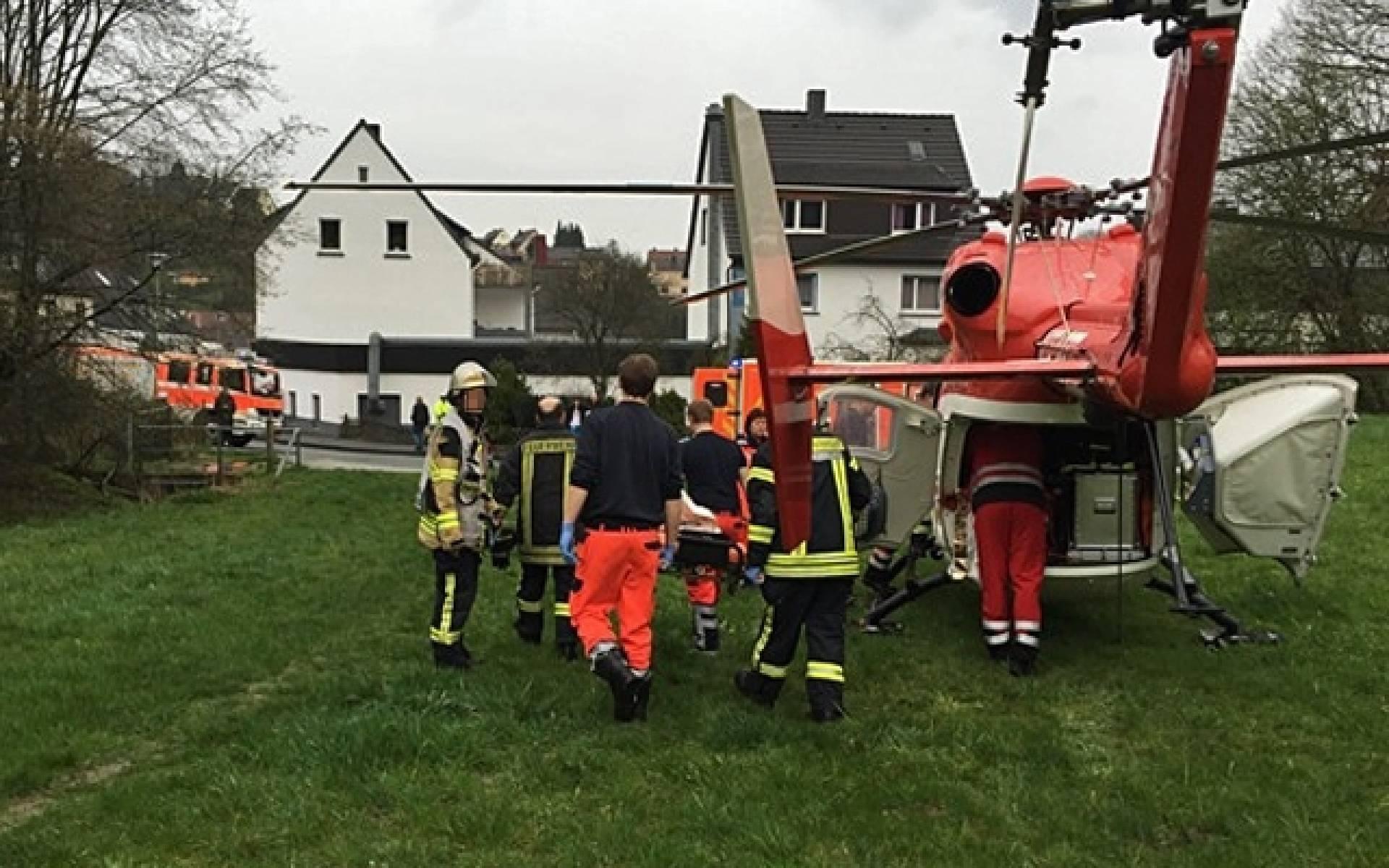 Nach der Akutversorgung wird das Mädchen in den Hubschrauber der DRF Luftrettung gebracht.