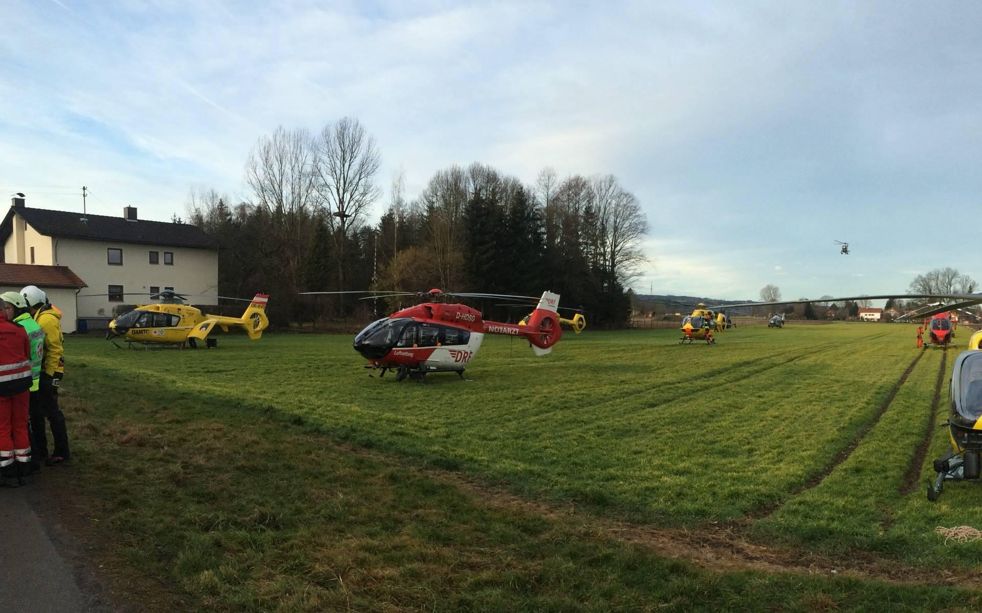 Insgesamt wurden mehrere hundert Rettungskräfte alarmiert, darunter auch mehrere Hubschrauber aus dem Umkreis.