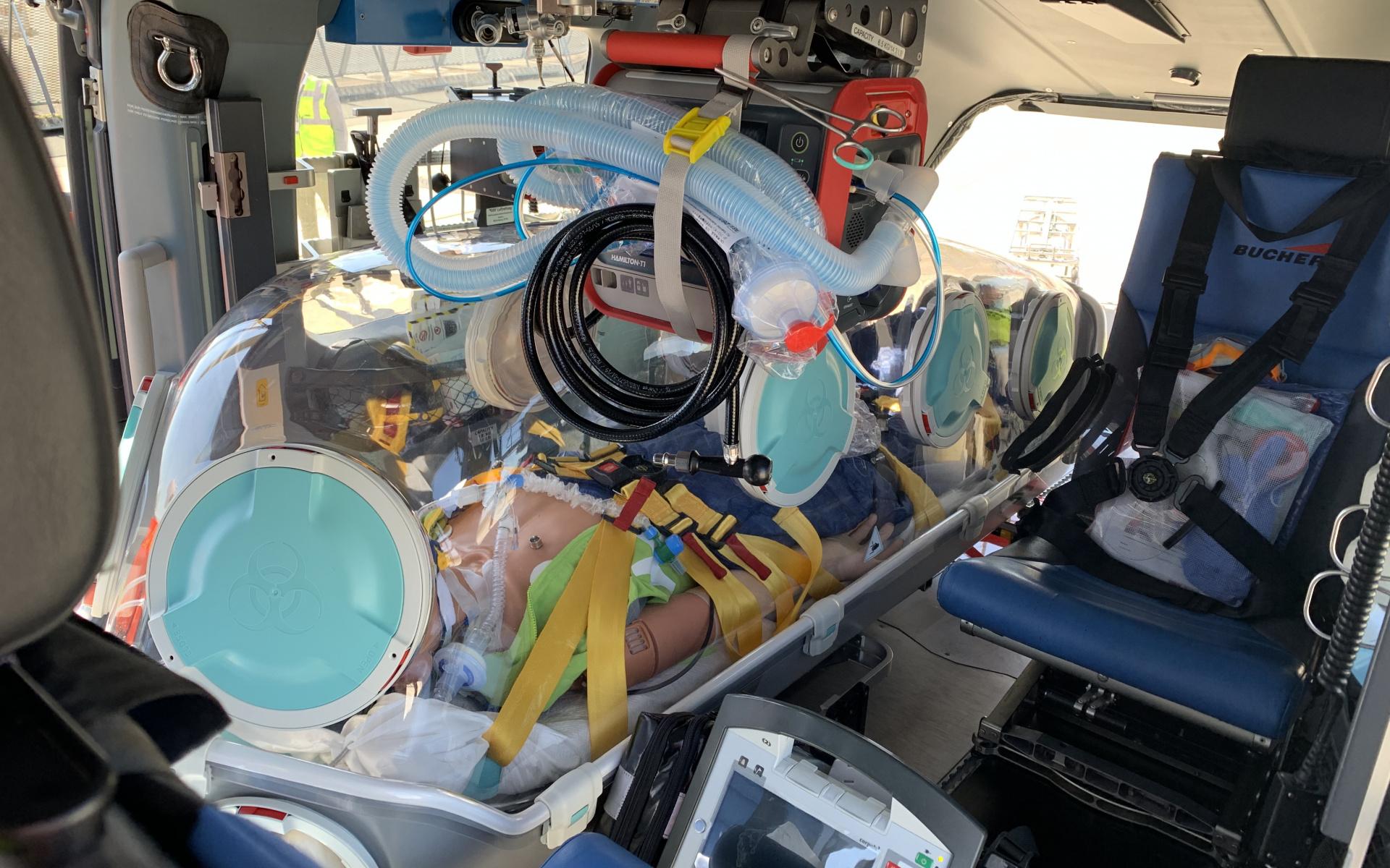 Die Patienten können über luftdichte Zugänge an ein Intensivbeatmungsgerät angeschlossen sowie zeitgleich überwacht und behandelt werden.