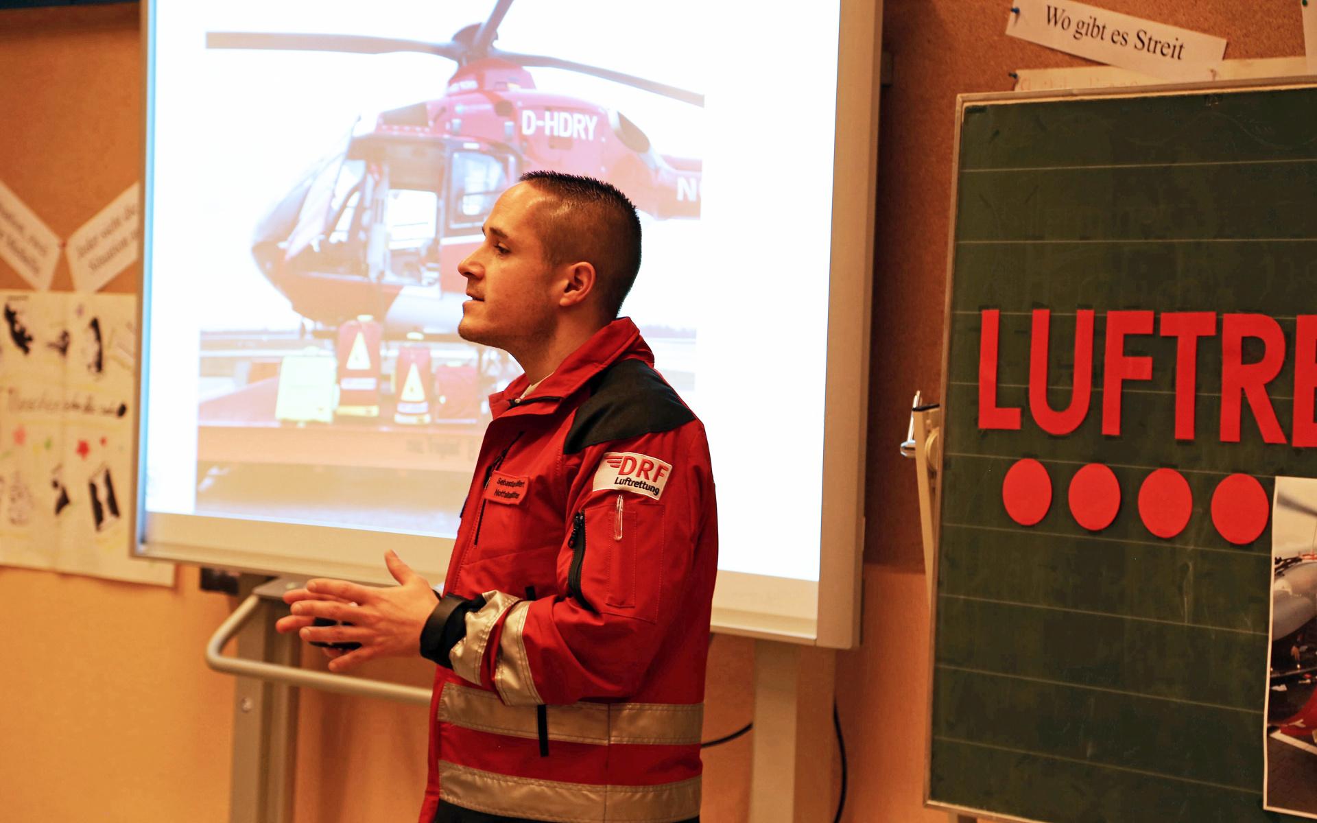 Notfallsanitäter Sebastian Geißert schildert in einem Bildvortrag seine Arbeit - und die Kinder stellen zahlreiche Fragen. Foto: Montag