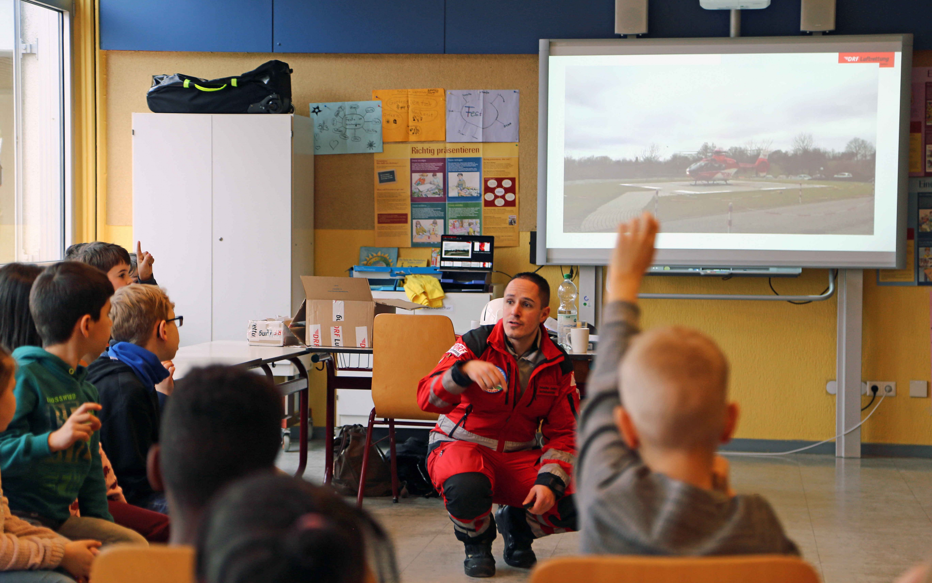 Die Arbeit der Luftretter faszinierte die Kinder sehr und Sebastian Geißert konnte ihre vielen Fragen ausführlich beantworten. Foto: Jana Brunck