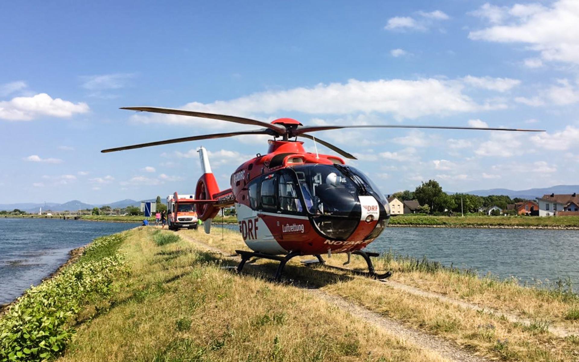 Landung direkt am Rhein, als eine verletzte Wassersportlerin schnellstmöglich und schonend in eine Spezialklinik transportiert werden muss.