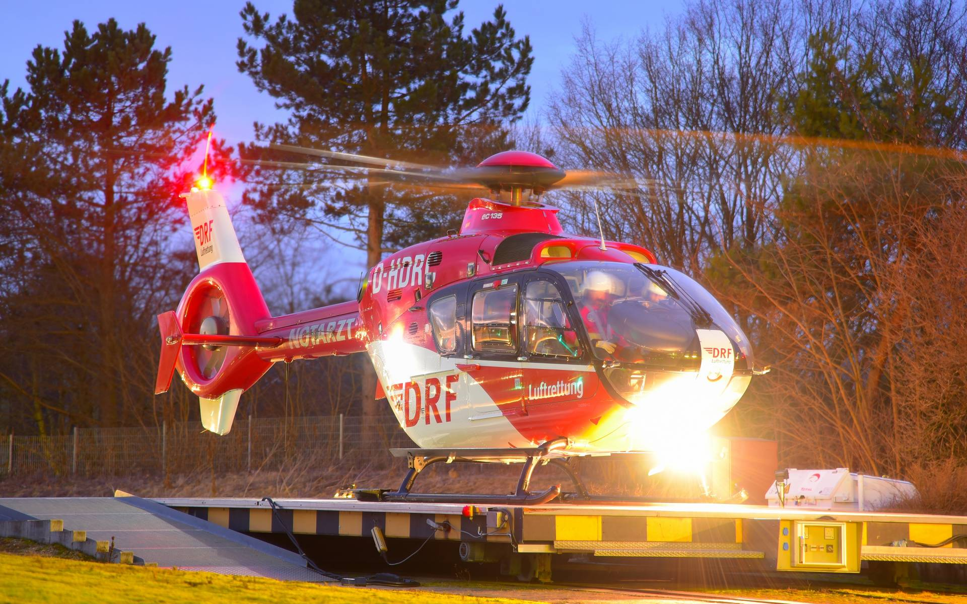Tagsüber flog der Karlsruher Rettungshubschrauber noch seine letzten Einsätze von den St. Vincentius-Kliniken aus. Foto: Ole Meisen