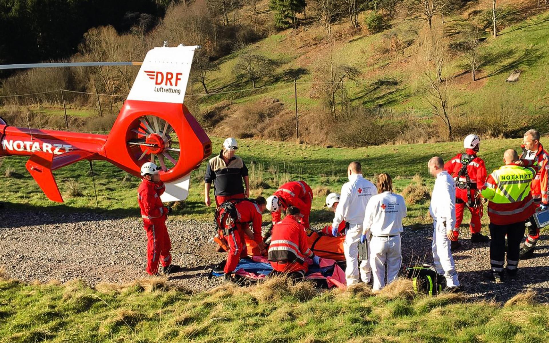 Für den schnellen und schonenden Transport in ein Traumazentrum wird der Verletzte an Bord von Christoph 43 gebracht.