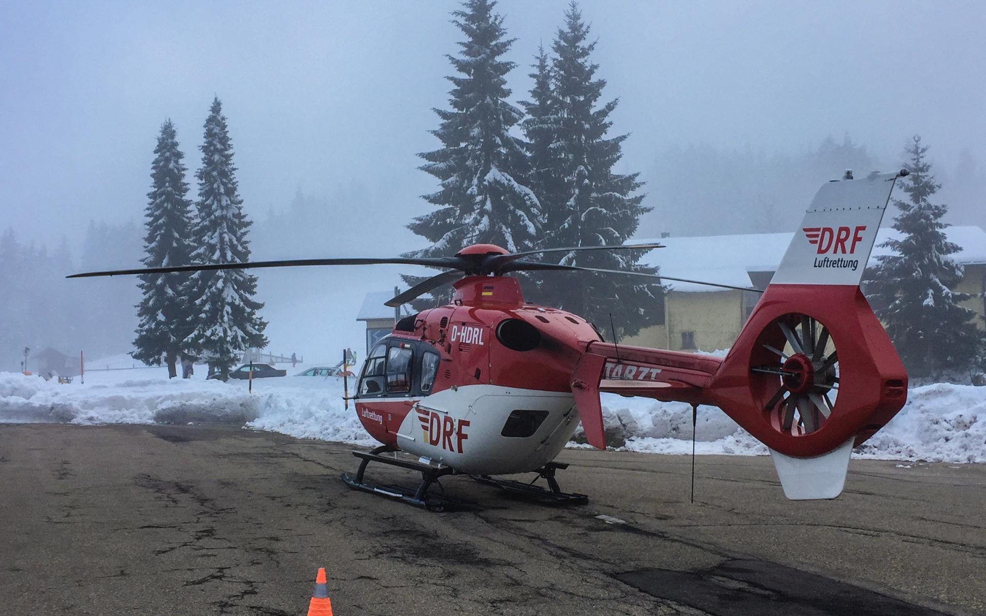 Schwierige Bedingungen bei der Rettung einer verletzten Spaziergängerin. Hubschrauberbesatzung, bodengebundene Rettungskräfte und die Bergwacht arbeiteten Hand in Hand.