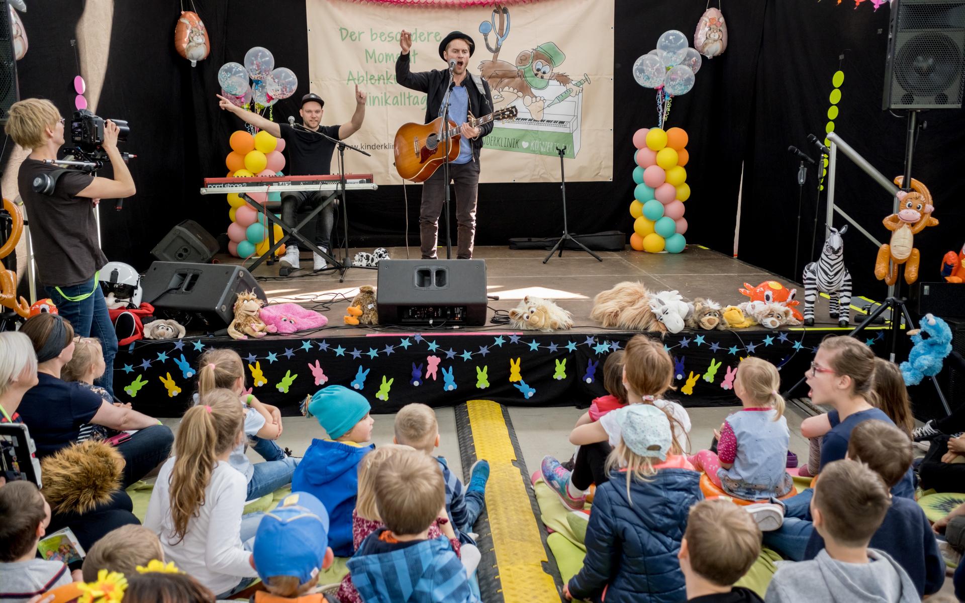 Bis zum Schluss war geheim, welcher Star beim Konzert auftreten wird. Dementsprechend groß war die Überraschung und Freude bei den Kleinen. Foto: Andreas Lander