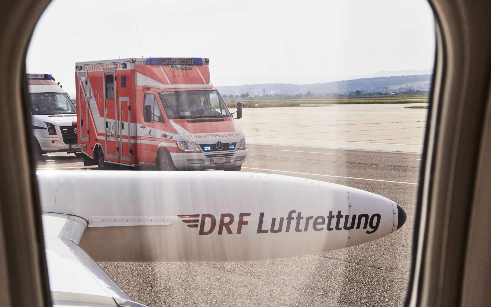 Am Stuttgarter Flughafen zeigte der erste Blick aus dem Learjet: der Rettungswagen für die Fahrt nach Ulm (ganz links) steht schon bereit. (Foto: Jens Pussel)