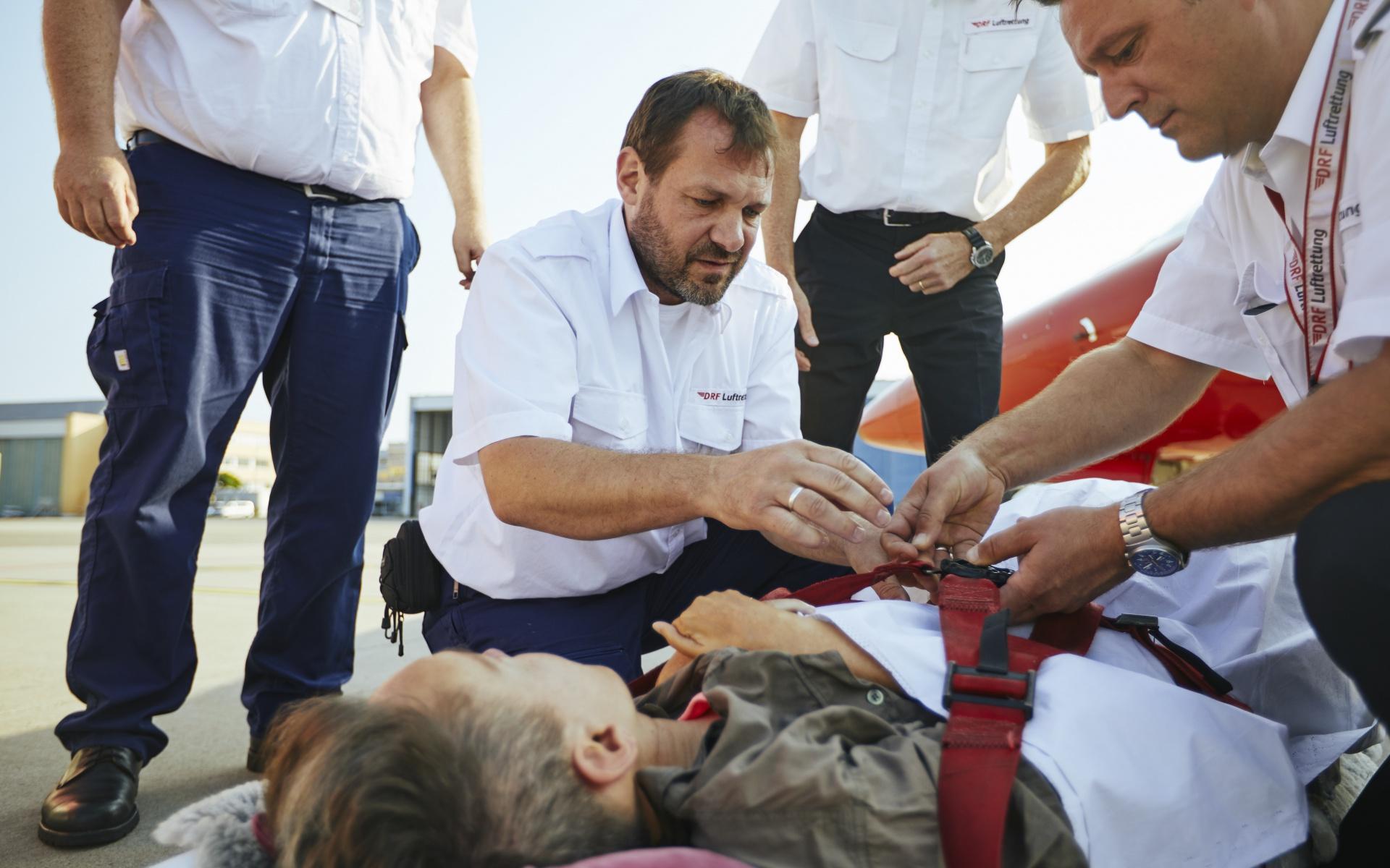 Behutsam legte die Besatzung Ilona Brandt auf eine Patiententrage, mit der sie anschließend in das Flugzeug getragen wurde. (Foto: Jens Pussel)