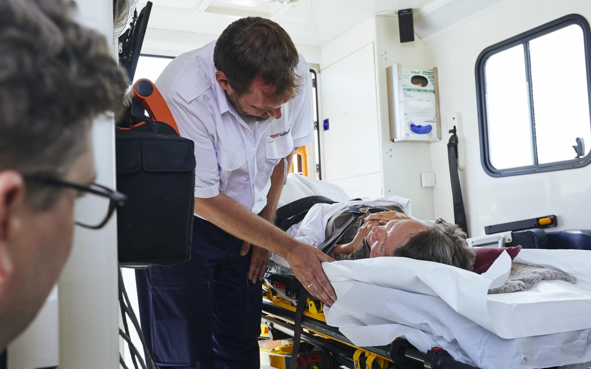 Mit den besten Wünschen verabschiedete sich der Notfallsanitäter der DRF Luftrettung von Ilona Brandt. (Foto: Jens Pussel)