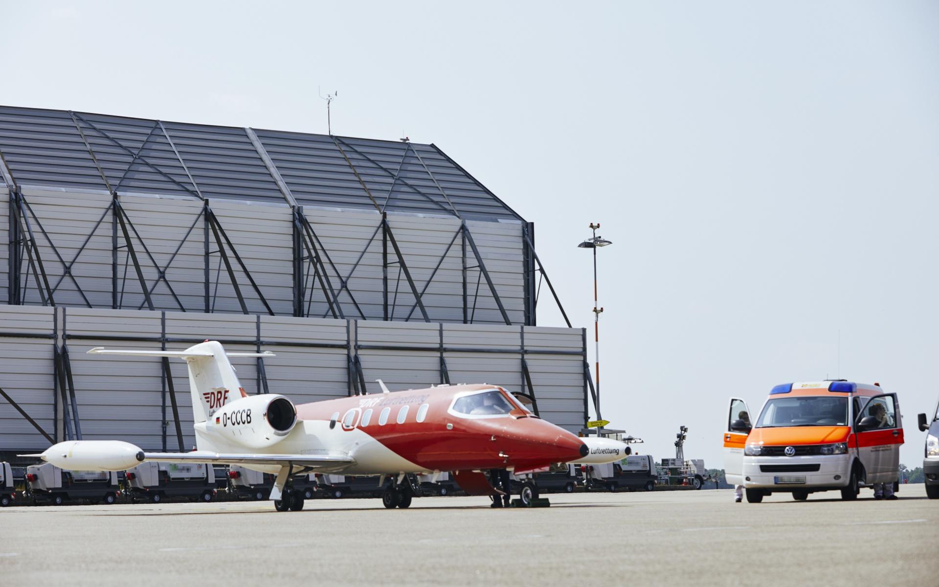 Dort erwartete sie schon das Ambulanzflugzeug der DRF Luftrettung. (Foto: Jens Pussel)