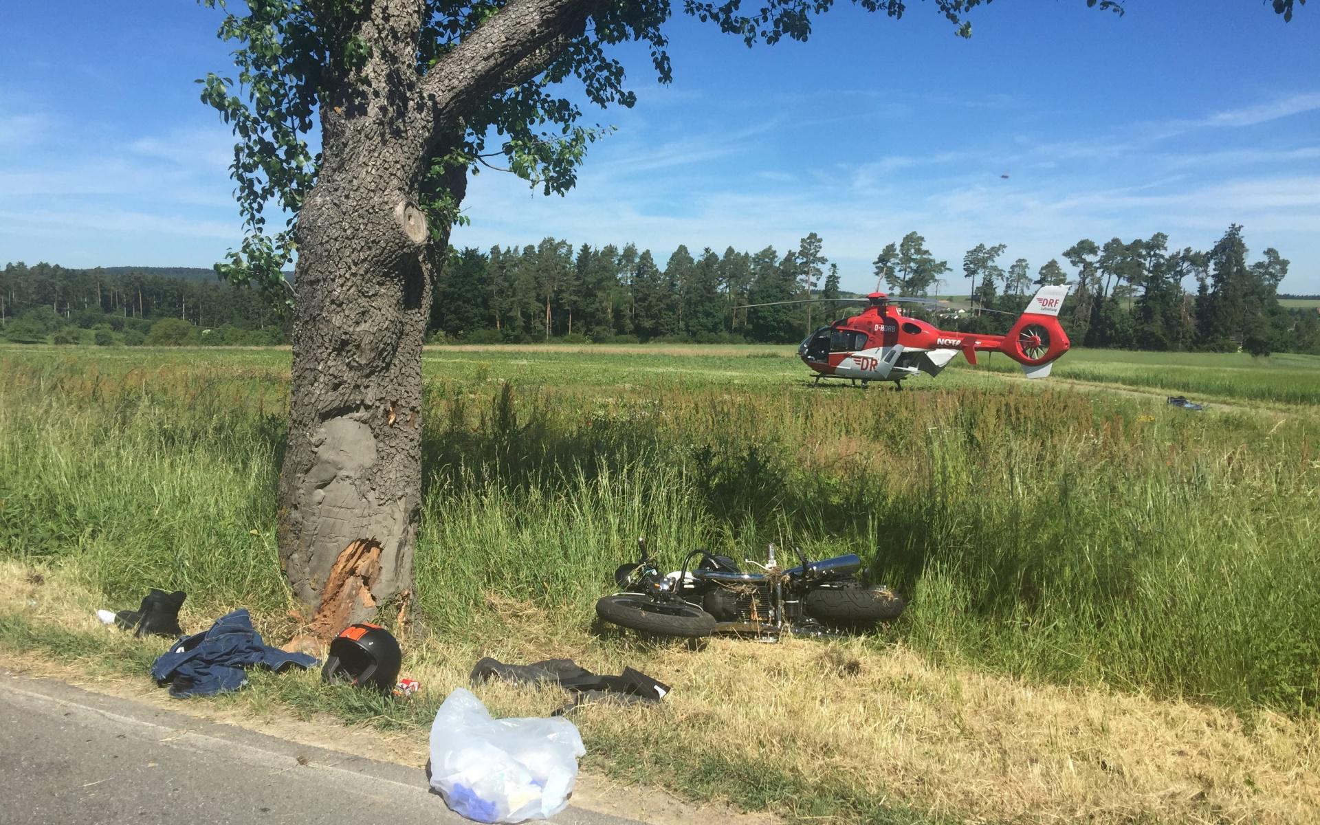 Frontale Kollision mit einem Baum: Ein schwerverletzter Motorradfahrer musste schnell und schonend in eine Spezialklinik geflogen werden.