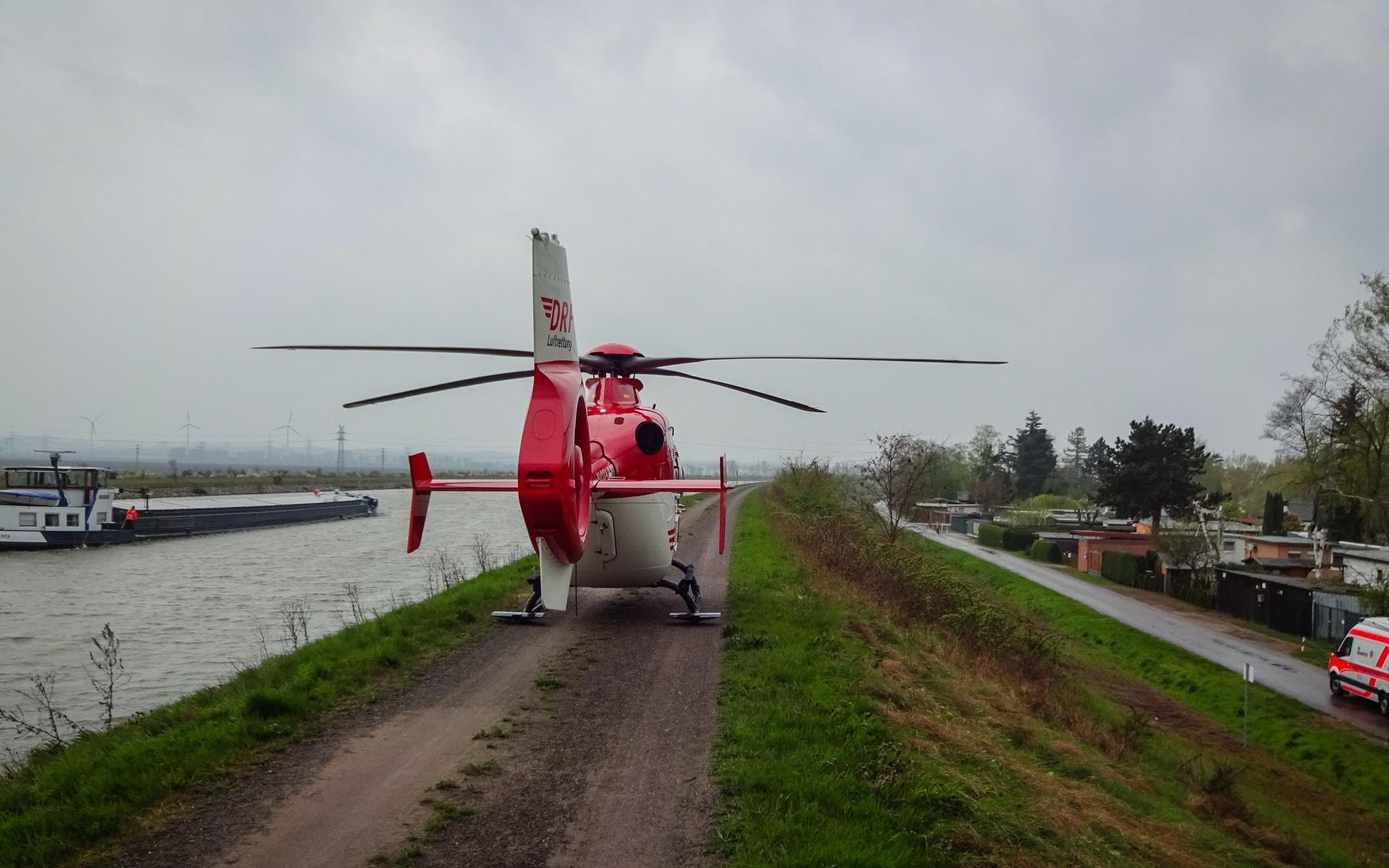Landung direkt am Wasser: Die Besatzung von Christoph 36 versorgte eine Patientin mit Verdacht auf Schlaganfall.