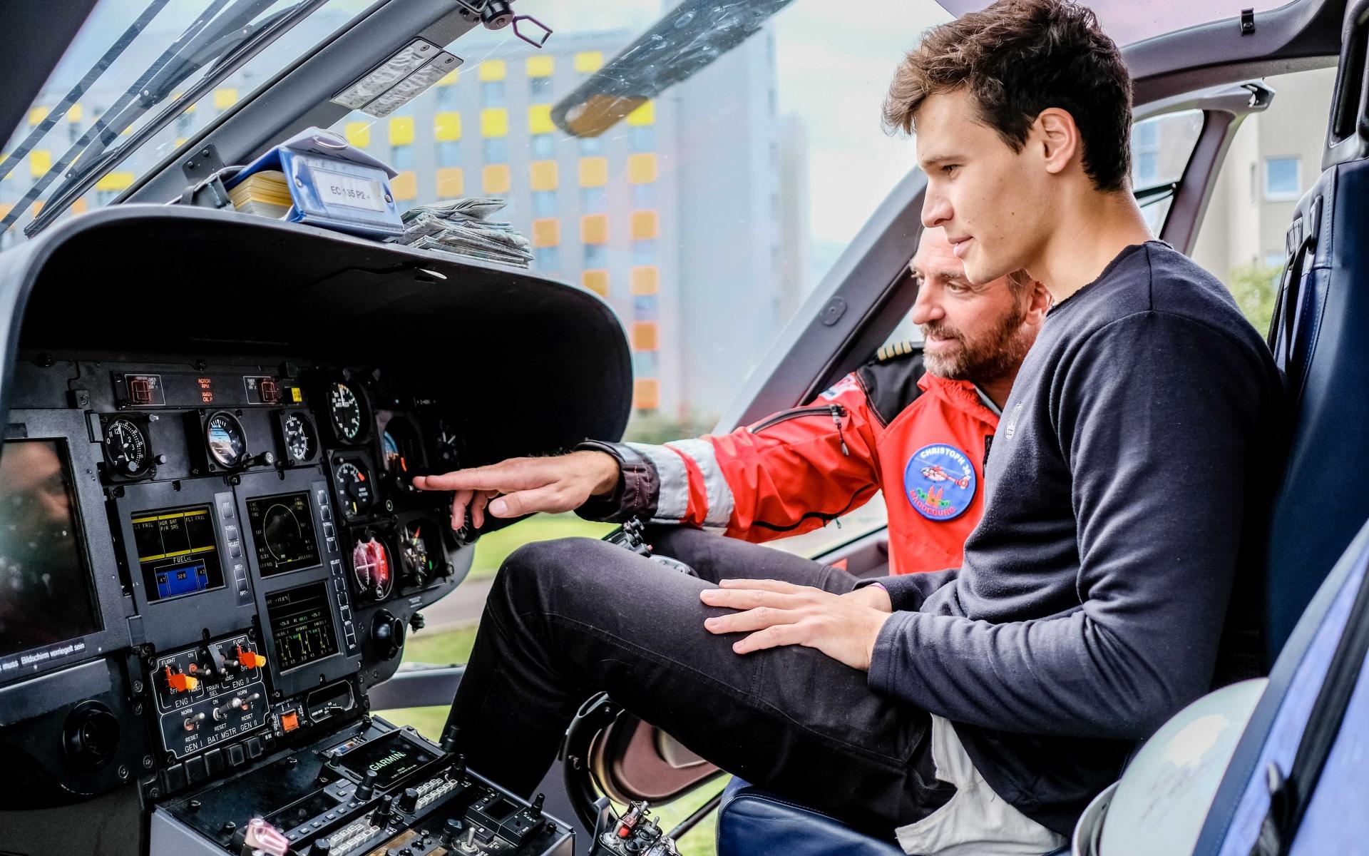 Das ließ er sich nicht nehmen: Einmal Platz nehmen auf dem Pilotensitz von Christoph 36. Pilot Marco Cramme erläuterte die Ausstattung des Cockpits. Foto: Andreas Lander.