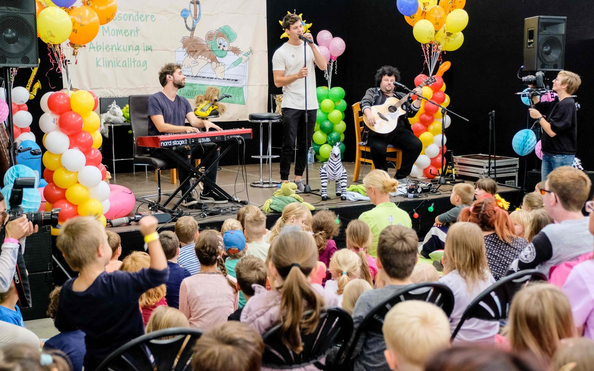 Große Begeisterung bei den Kindern, als Wincent Weiss und seine Band auf die Bühne kommen und einige Lieder spielen. Foto: Andreas Lander.