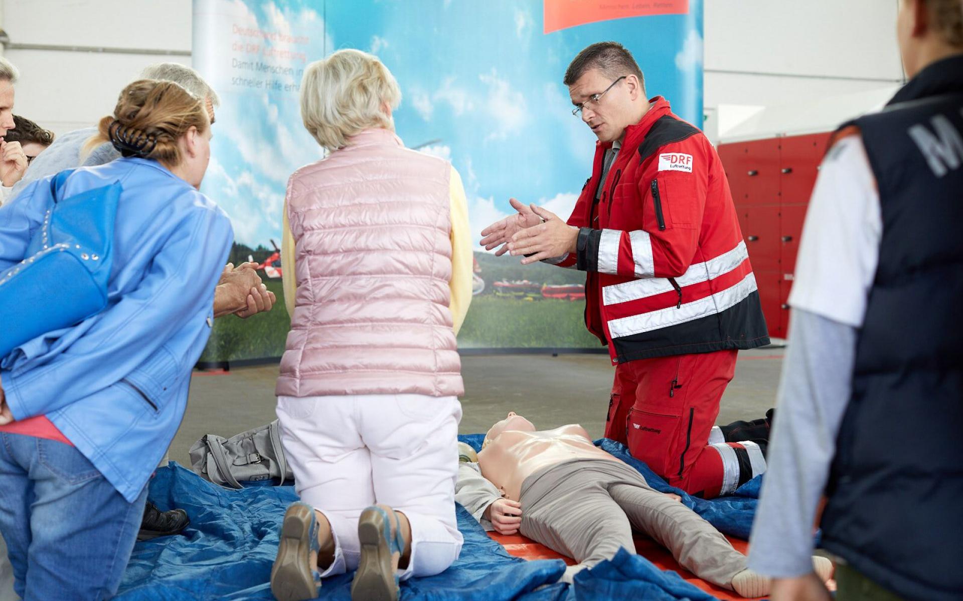 Doch auch selbst Hand anlegen war möglich: Besucher konnten die lebensrettenden Herz-Lungen-Wiederbelebung üben. Foto: Mario Tomiak.