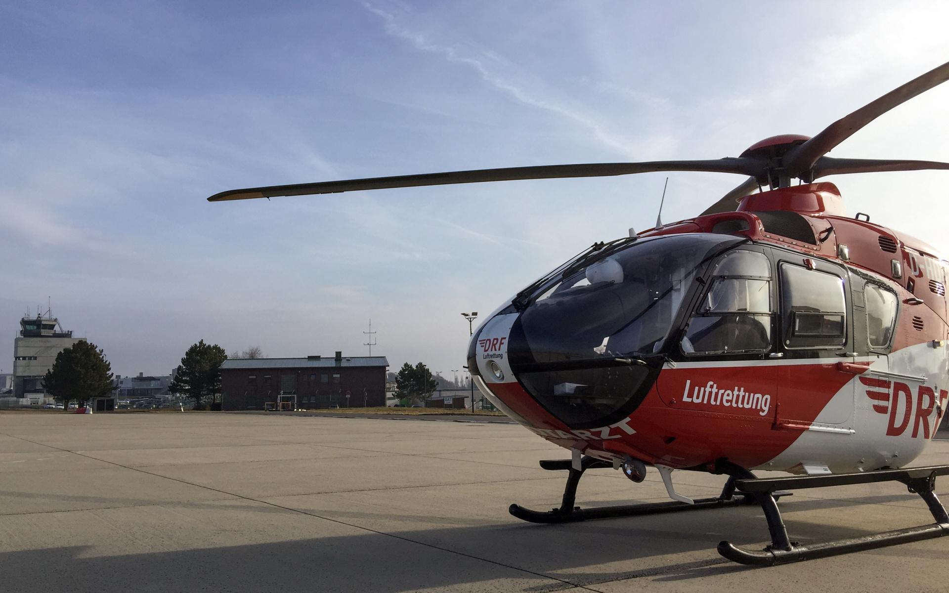 Übergabe am Flughafen Hahn: Der Weitertransport des lebensrettenden Organs erfolgte an Bord von Christoph 53 der DRF Luftrettung.