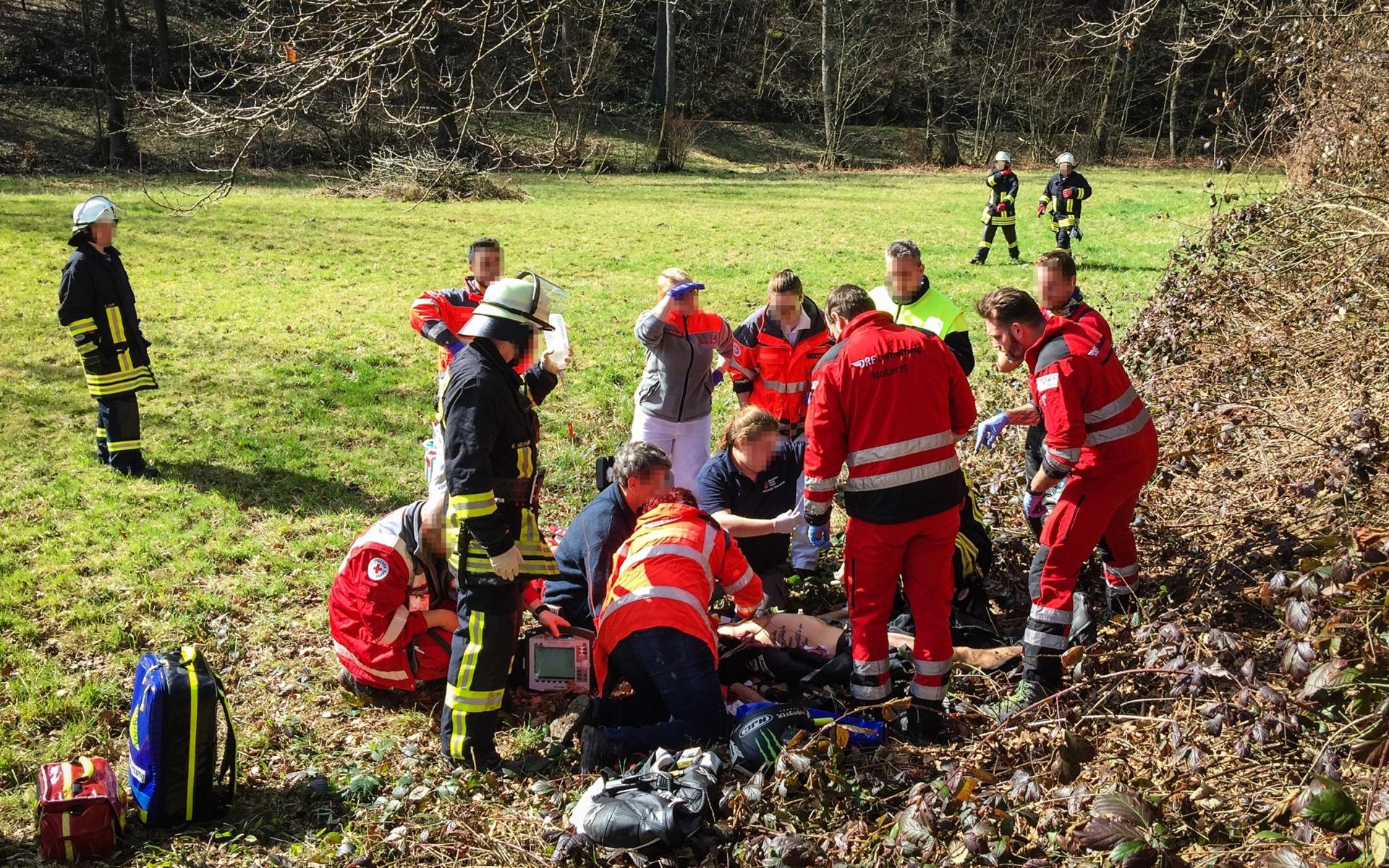 Schwerer Motorradunfall in Heiligkreuzsteinach im Odenwald. Die Besatzung von Christoph 53 aus Mannheim versorgt den Verletzten und fliegt ihn dann zur weiteren Behandlung nach Ludwigshafen.