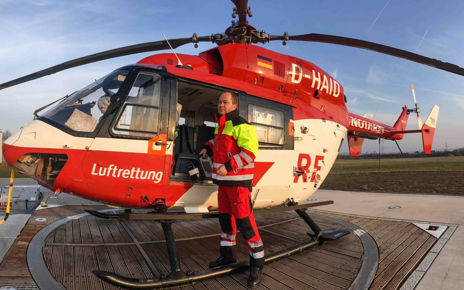 An den Stationen der DRF Luftrettung in Stuttgart und Karlsruhe werden die neuen Wetterjacken getestet